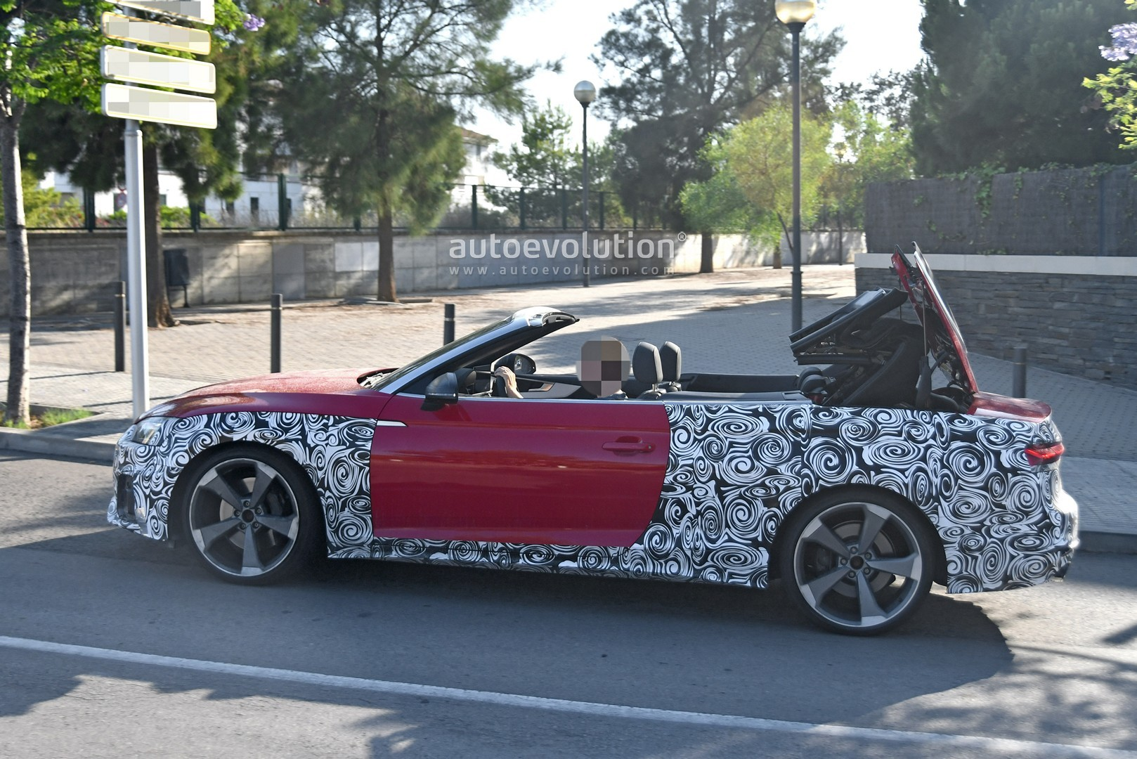 2020 - [Audi] A5 Coupé/Cab/SB restylée 2021-audi-s5-facelift-spied-with-cabrio-top-in-action-shows-minimal-changes_5