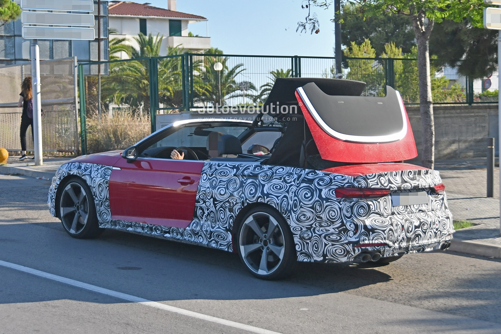 2020 - [Audi] A5 Coupé/Cab/SB restylée 2021-audi-s5-facelift-spied-with-cabrio-top-in-action-shows-minimal-changes_6