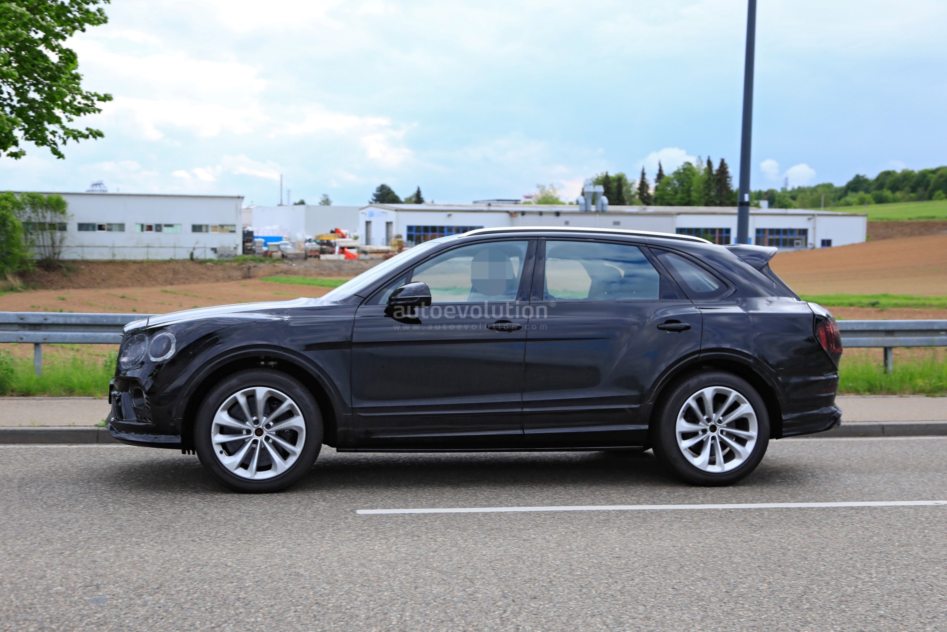 2021 Bentley Bentayga Facelift Leaked New Infotainment Looks Poorly Integrated Autoevolution