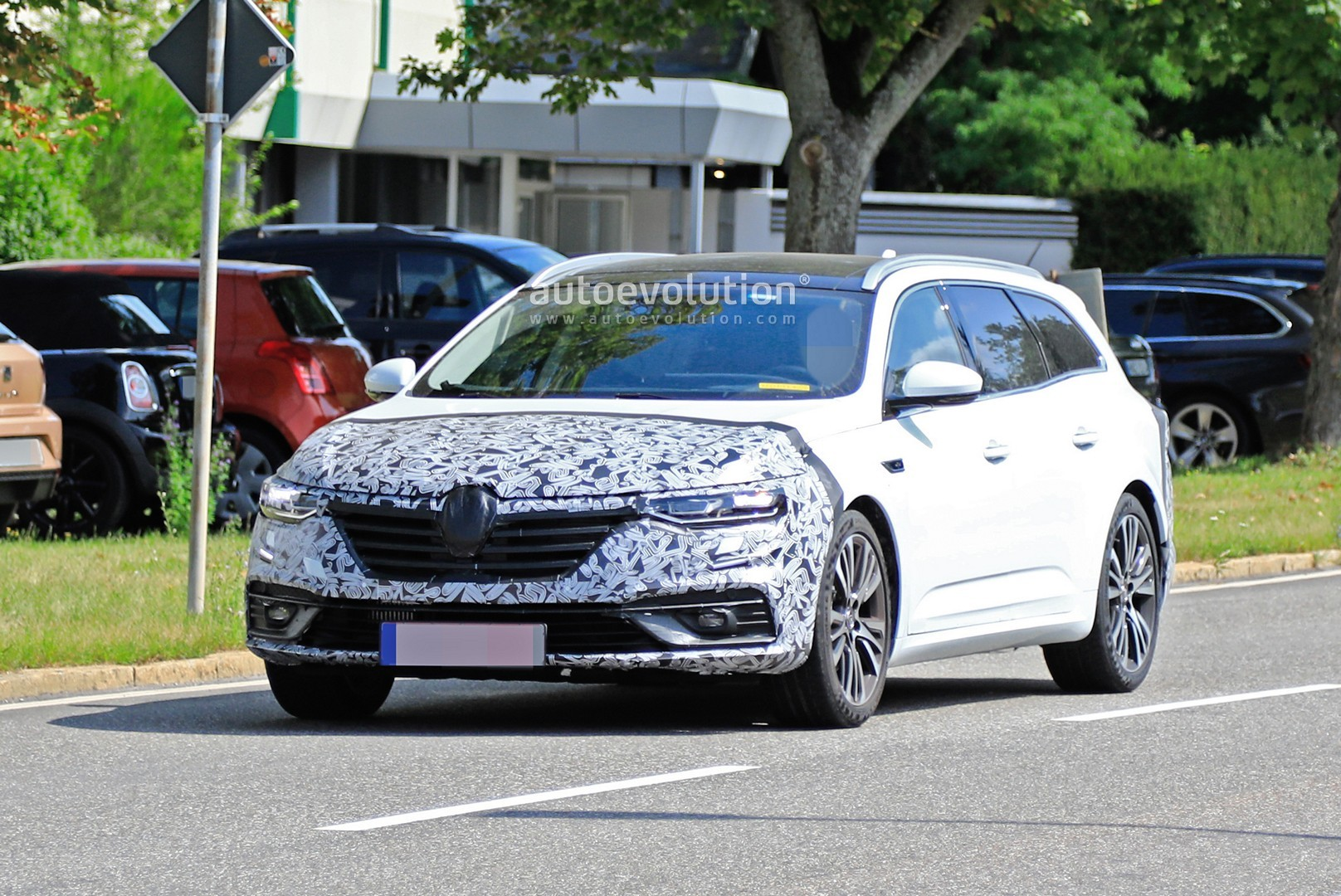 2020 - [Renault] Talisman restylée - Page 8 2021-renault-talisman-wagon-spied-for-the-first-time-with-facelift_1