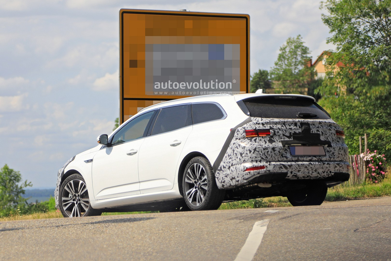2020 - [Renault] Talisman restylée - Page 8 2021-renault-talisman-wagon-spied-for-the-first-time-with-facelift_10