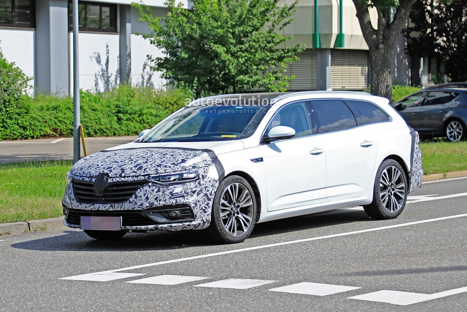 2020 - [Renault] Talisman restylée - Page 8 2021-renault-talisman-wagon-spied-for-the-first-time-with-facelift_3