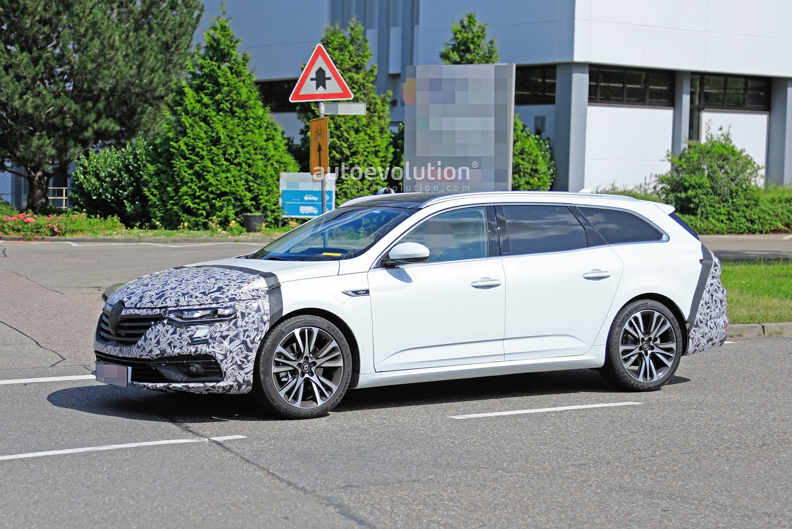 2020 - [Renault] Talisman restylée - Page 8 2021-renault-talisman-wagon-spied-for-the-first-time-with-facelift_4