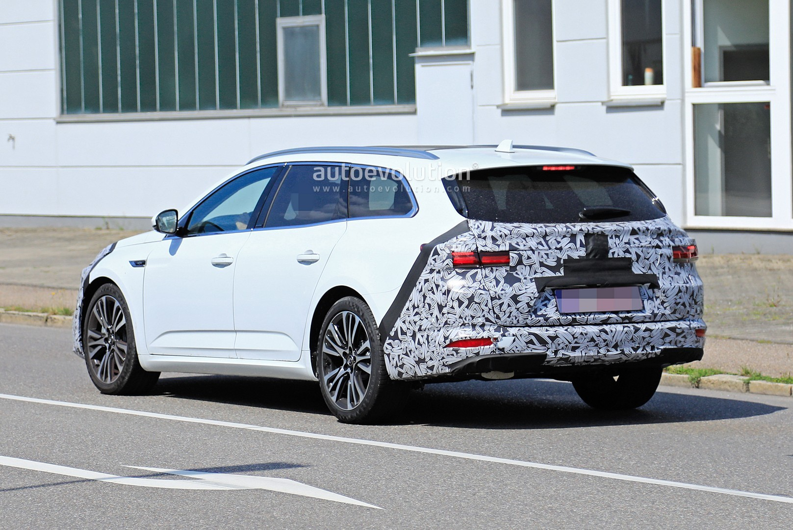 2020 - [Renault] Talisman restylée - Page 8 2021-renault-talisman-wagon-spied-for-the-first-time-with-facelift_8