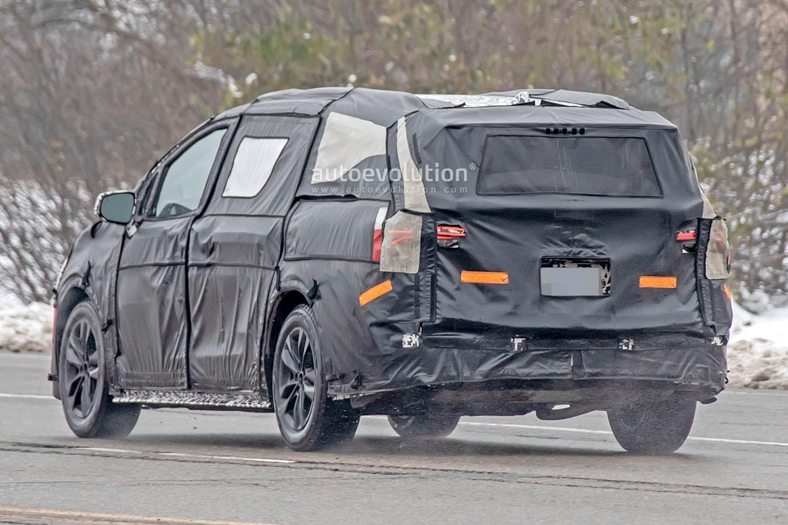 2020 - [Toyota] Sienna  2021-toyota-sienna-spied-testing-in-detroit-looks-like-a-bigger-modern-minivan_10
