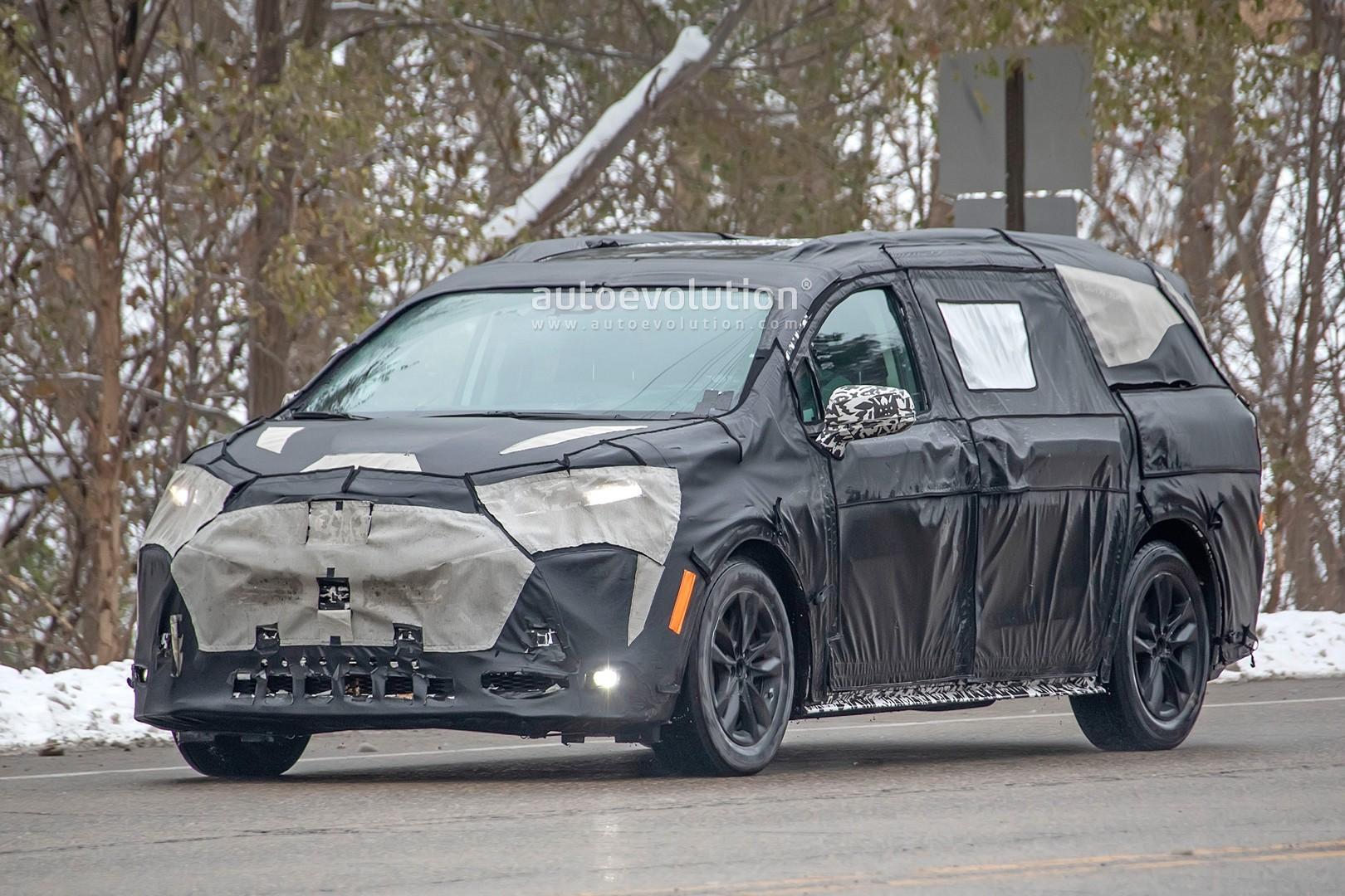 2020 - [Toyota] Sienna  2021-toyota-sienna-spied-testing-in-detroit-looks-like-a-bigger-modern-minivan_3