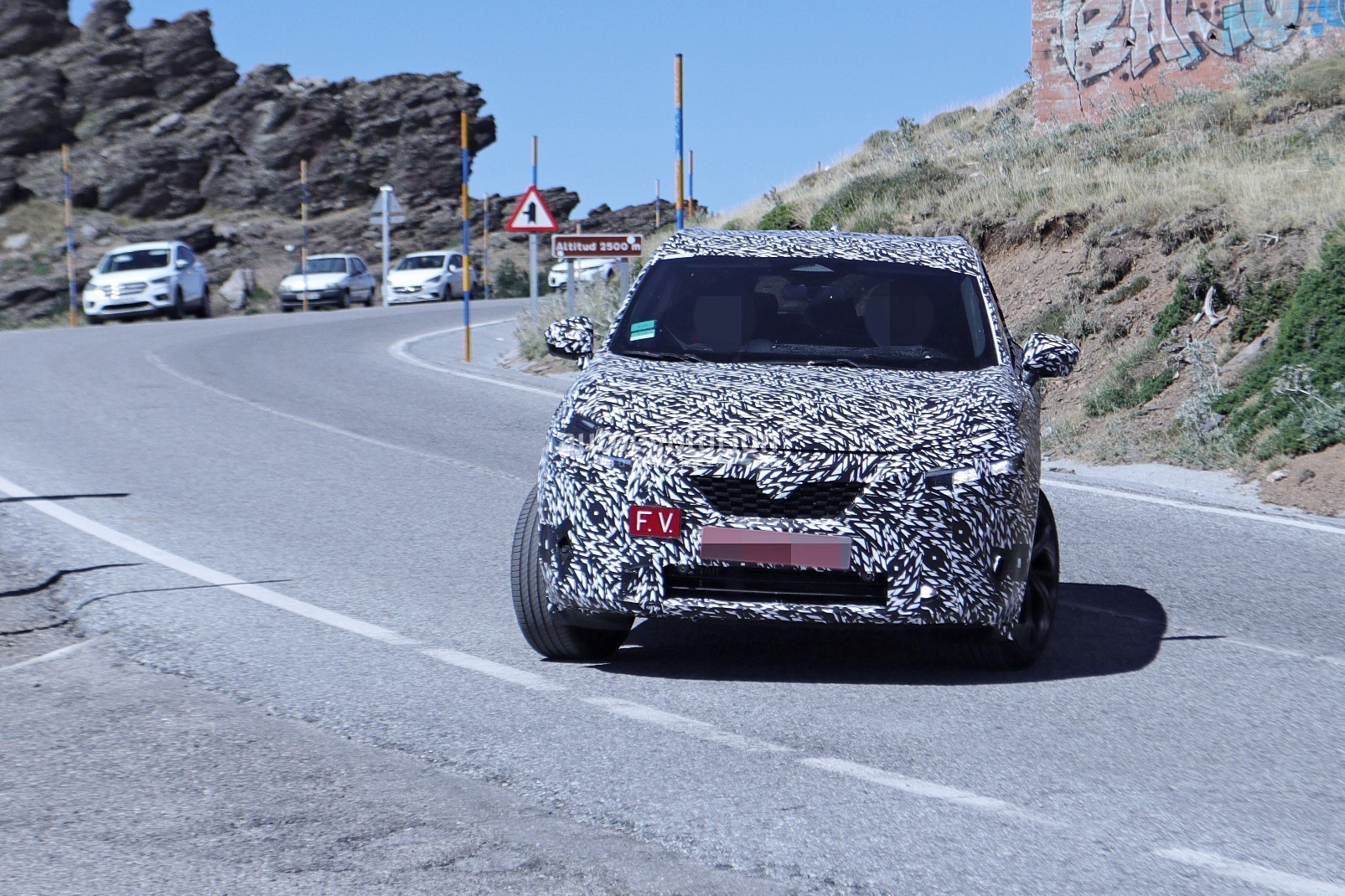2020 - [Nissan] Qashqai III - Page 3 2022-nissan-qashqai-rogue-sport-spied-testing-looks-pretty-sharp_14