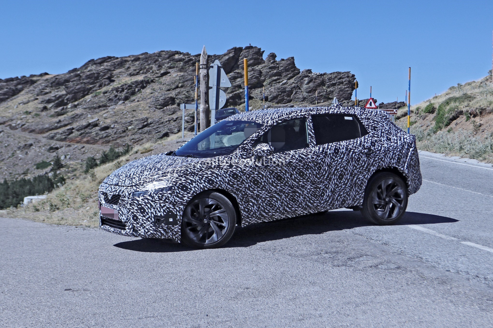 2020 - [Nissan] Qashqai III - Page 3 2022-nissan-qashqai-rogue-sport-spied-testing-looks-pretty-sharp_17