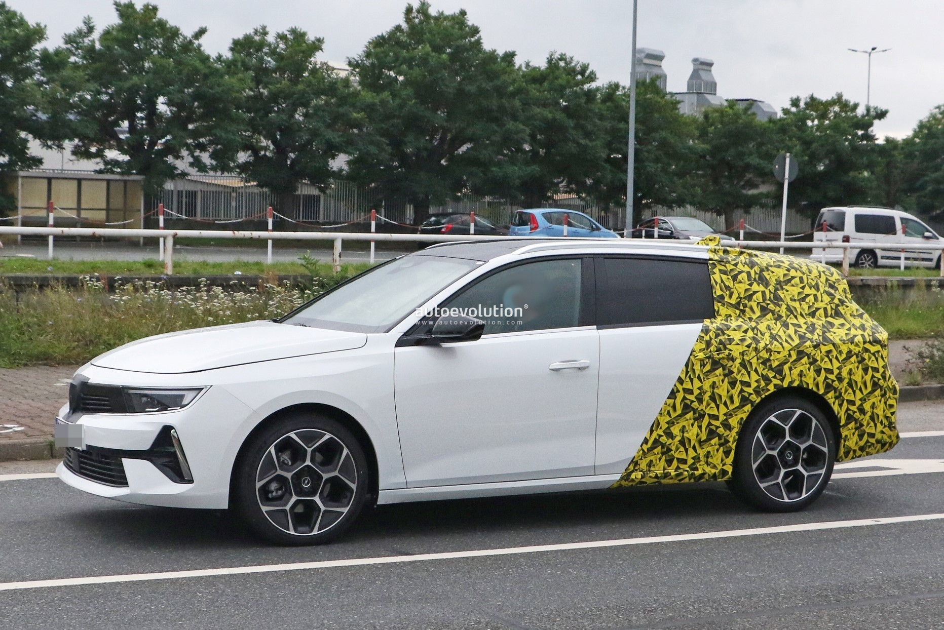 Re: 2021 - [Opel] Astra L [OV51/52] - Page 24 2022-opel-astra-sports-tourer-shows-off-longer-wheelbase_22