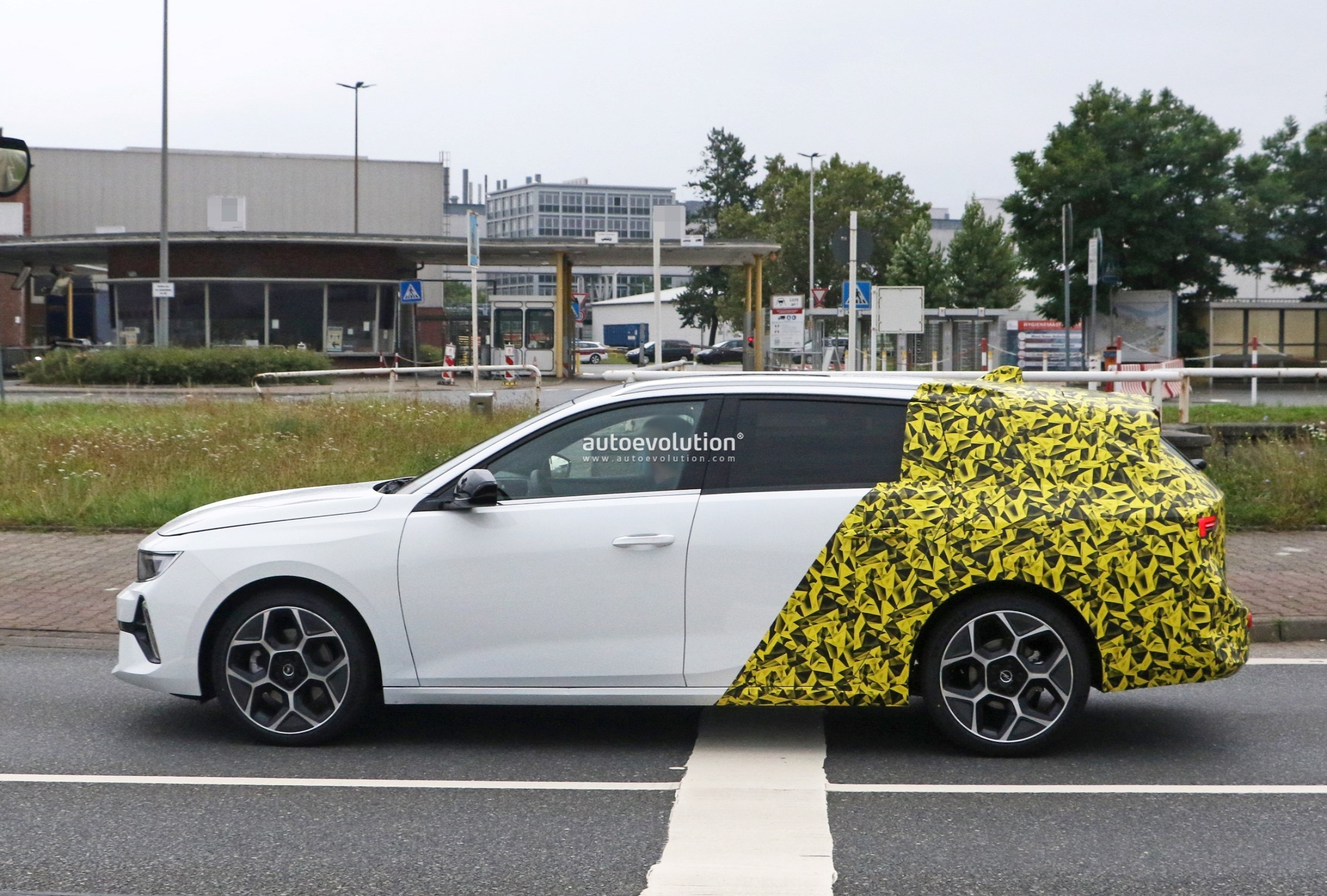 Re: 2021 - [Opel] Astra L [OV51/52] - Page 24 2022-opel-astra-sports-tourer-shows-off-longer-wheelbase_23