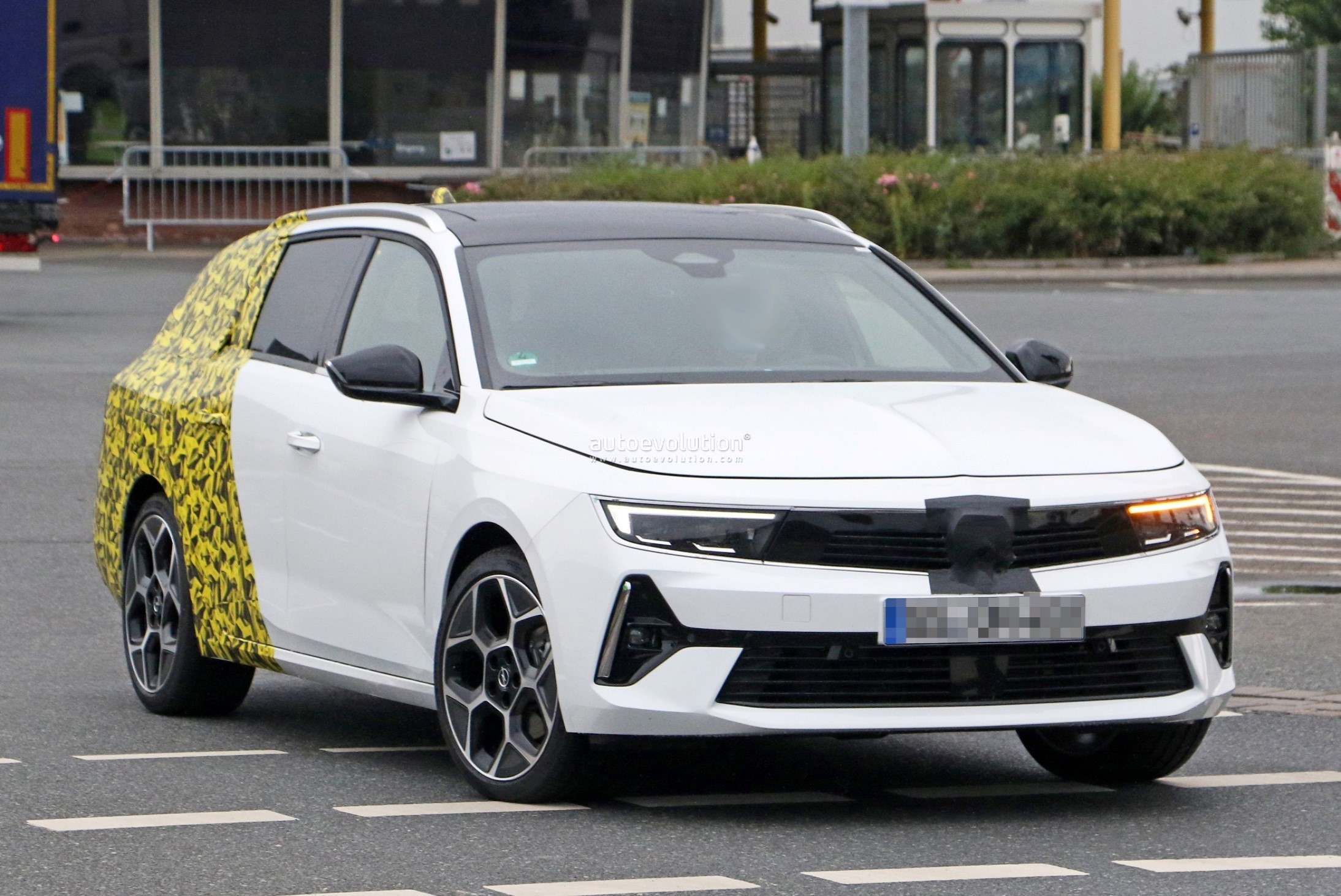 Re: 2021 - [Opel] Astra L [OV51/52] - Page 24 2022-opel-astra-sports-tourer-shows-off-longer-wheelbase_3