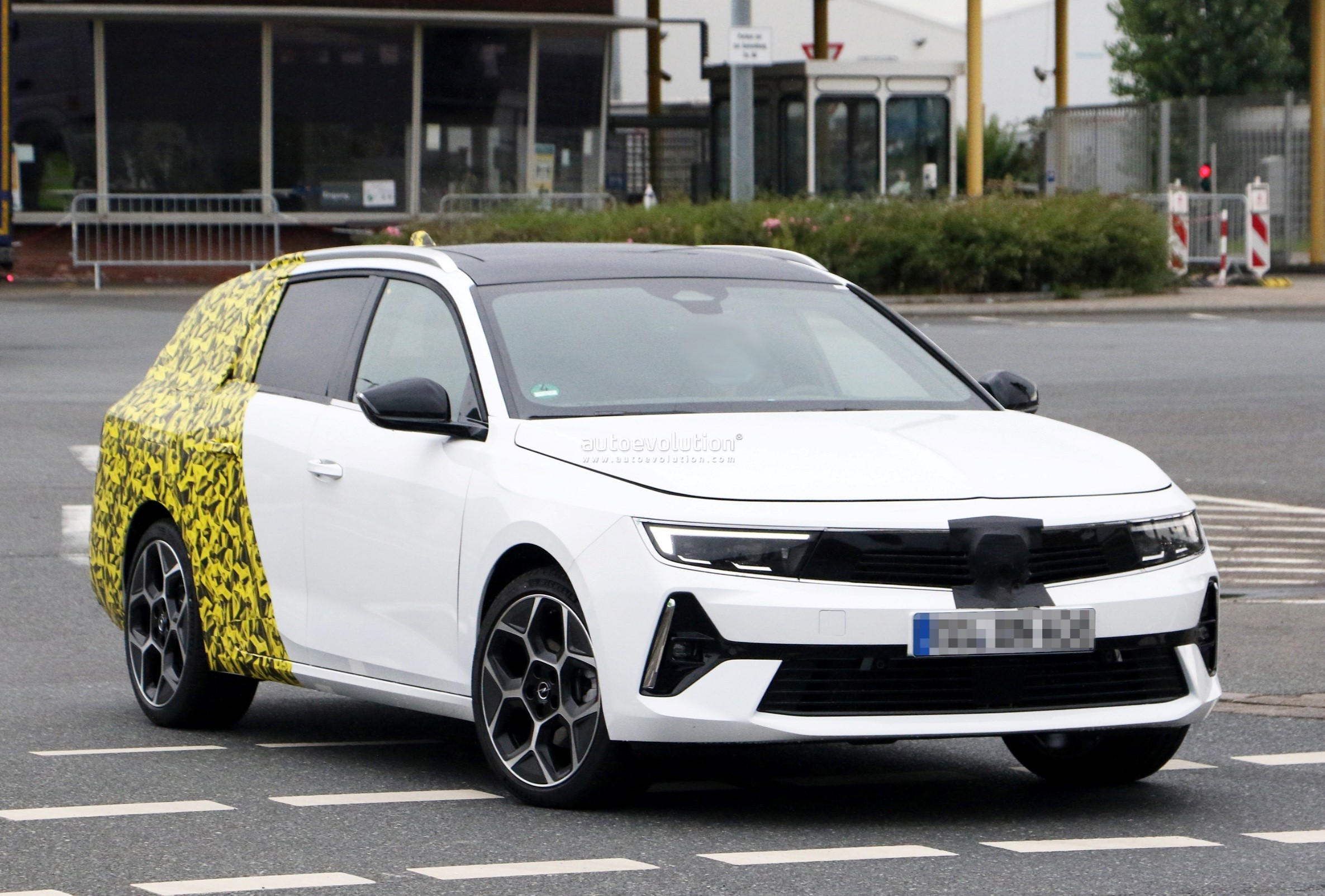 Re: 2021 - [Opel] Astra L [OV51/52] - Page 24 2022-opel-astra-sports-tourer-shows-off-longer-wheelbase_4