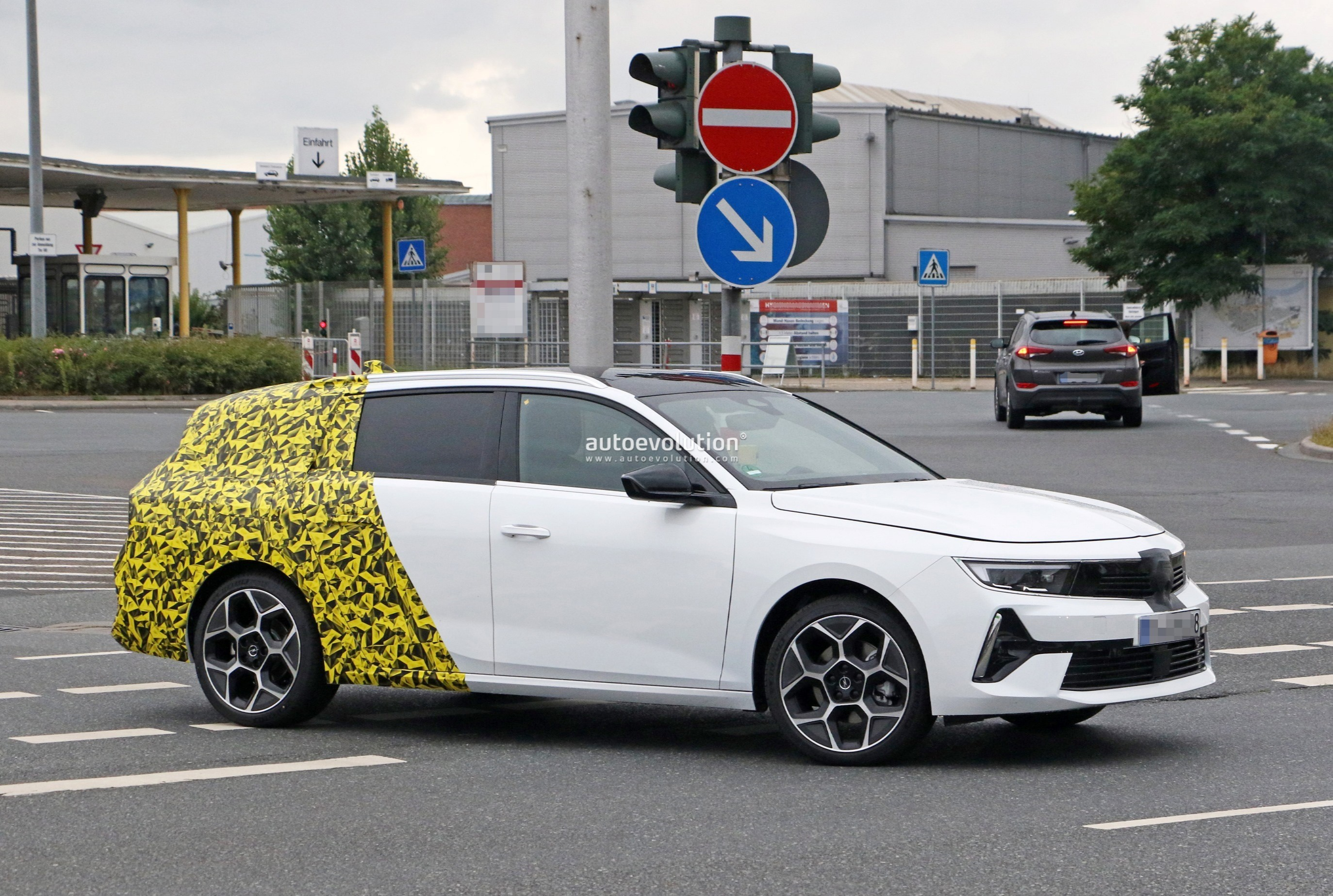 Re: 2021 - [Opel] Astra L [OV51/52] - Page 24 2022-opel-astra-sports-tourer-shows-off-longer-wheelbase_7
