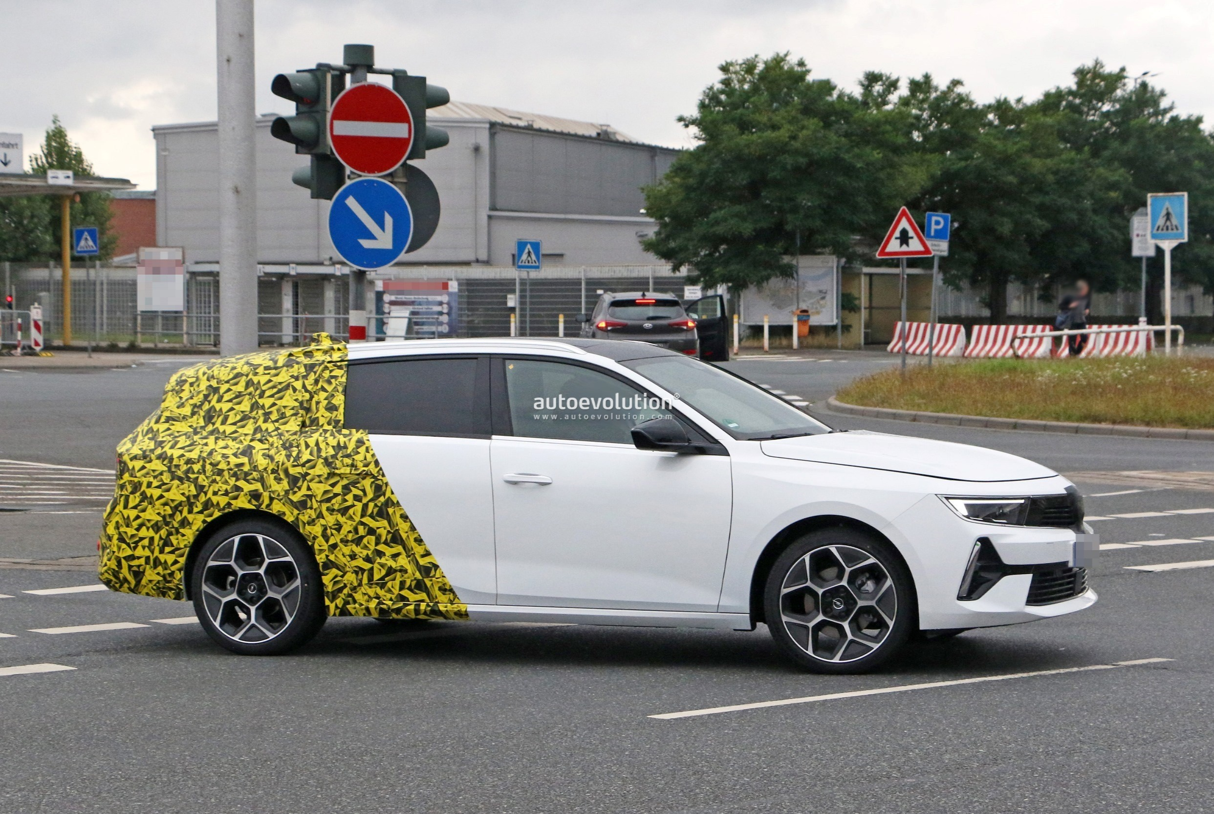 Re: 2021 - [Opel] Astra L [OV51/52] - Page 24 2022-opel-astra-sports-tourer-shows-off-longer-wheelbase_8