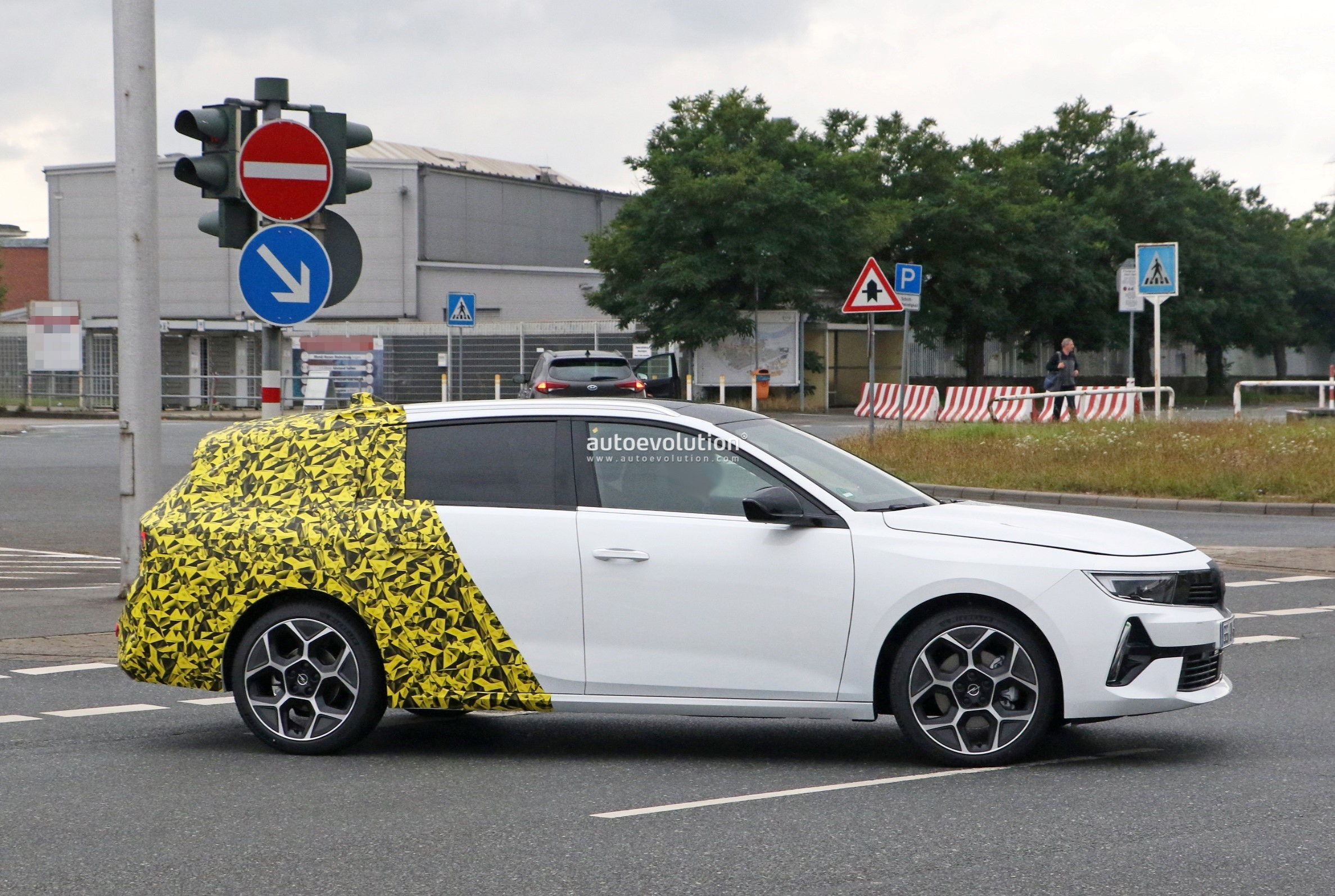 Re: 2021 - [Opel] Astra L [OV51/52] - Page 24 2022-opel-astra-sports-tourer-shows-off-longer-wheelbase_9