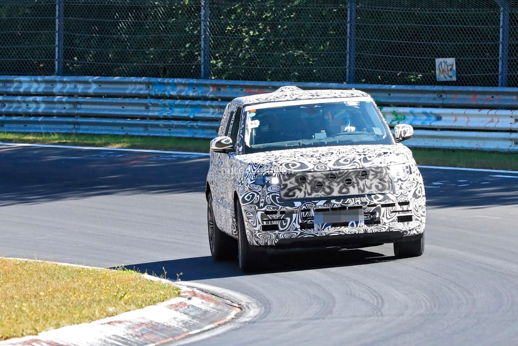 2021 - [Land Rover] Range Rover Sport III [L461] 2022-range-rover-spied-fine-tuning-suspension-at-the-nurburgring_1