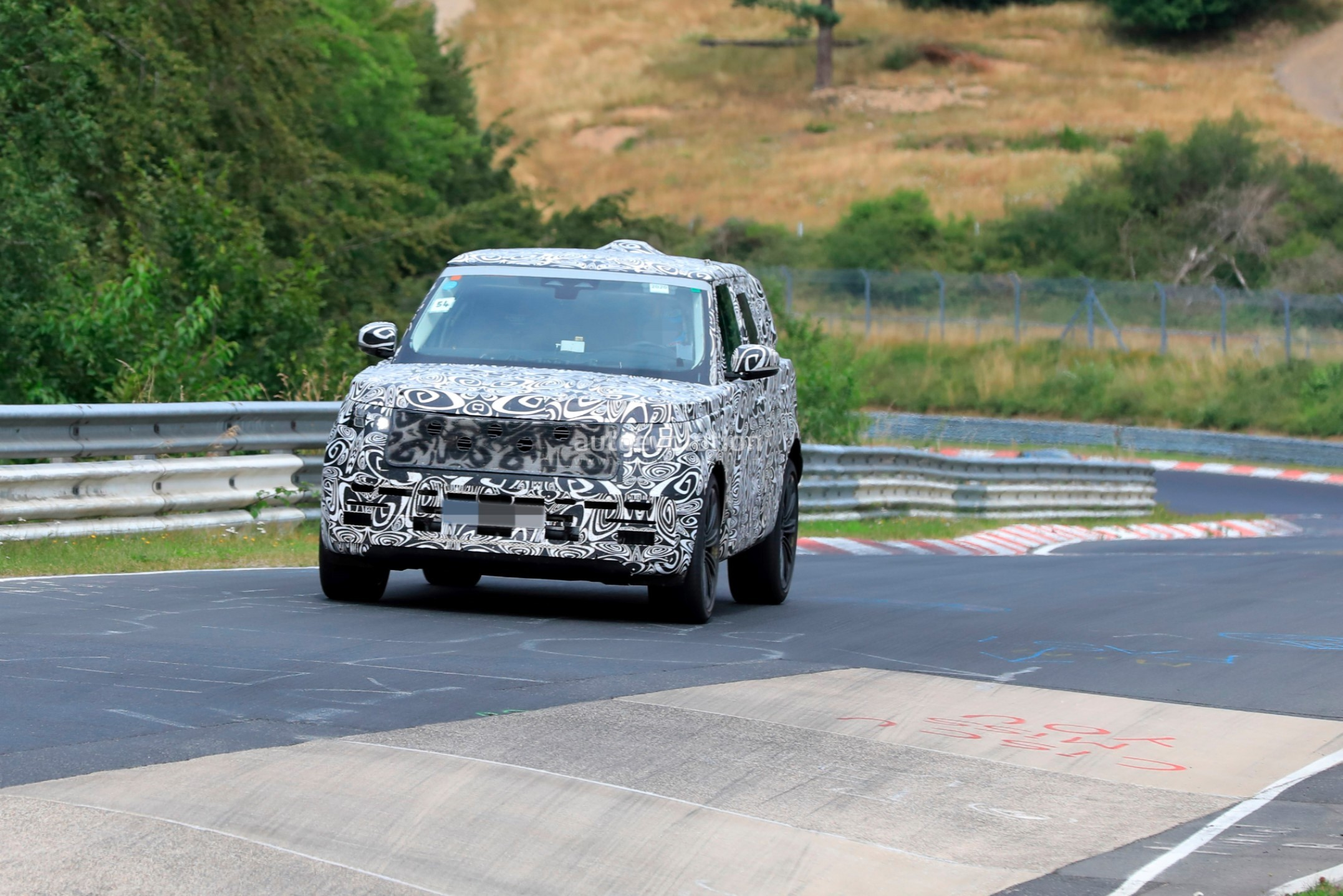 2021 - [Land Rover] Range Rover Sport III [L461] 2022-range-rover-spied-fine-tuning-suspension-at-the-nurburgring_10