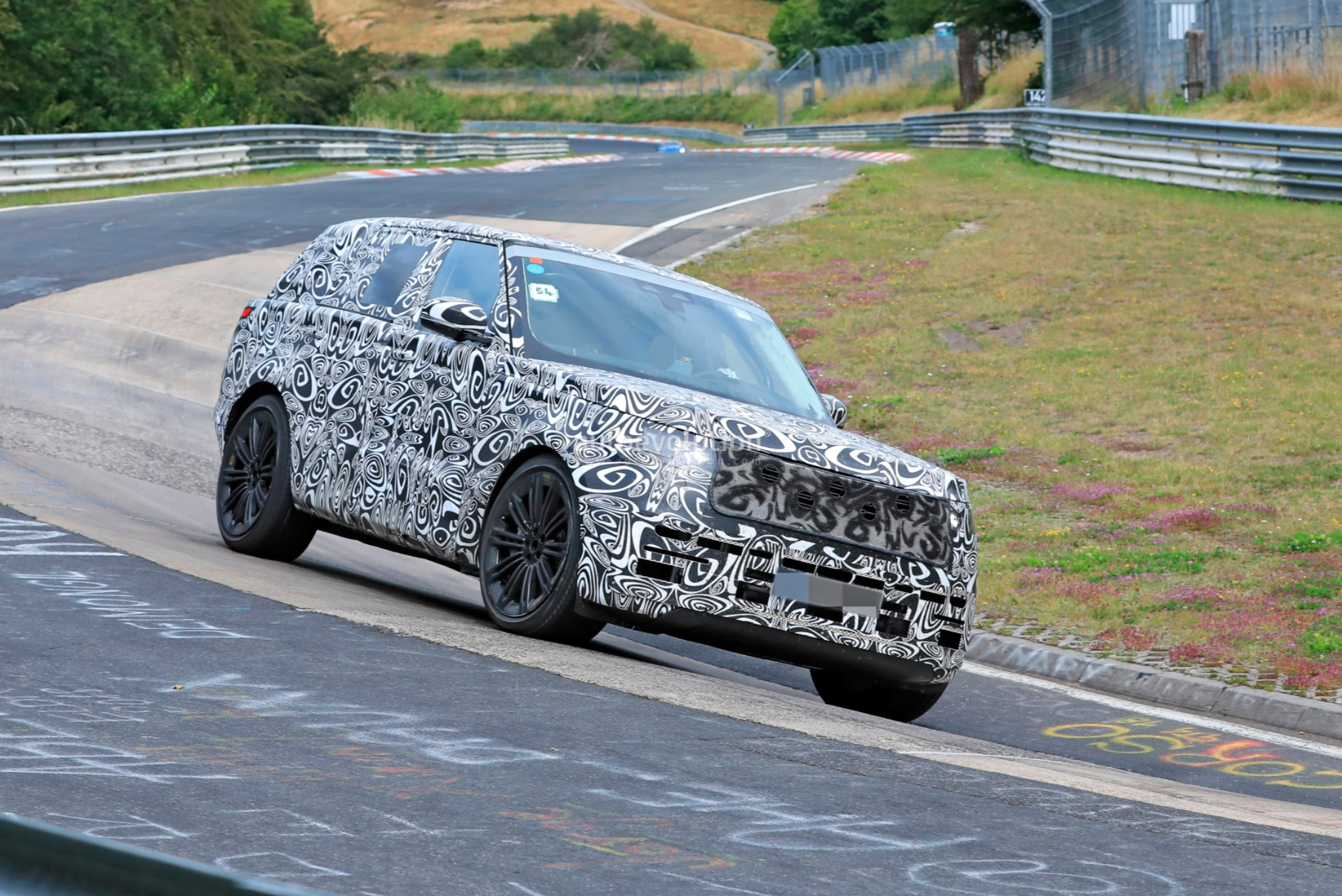 2021 - [Land Rover] Range Rover Sport III [L461] 2022-range-rover-spied-fine-tuning-suspension-at-the-nurburgring_13