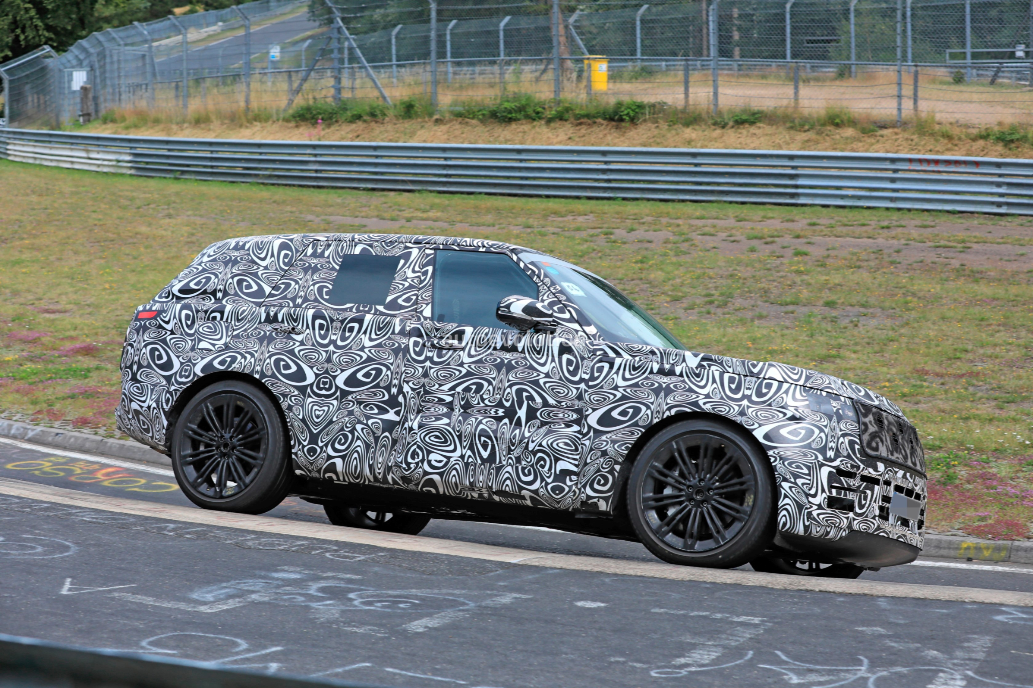 2021 - [Land Rover] Range Rover Sport III [L461] 2022-range-rover-spied-fine-tuning-suspension-at-the-nurburgring_14