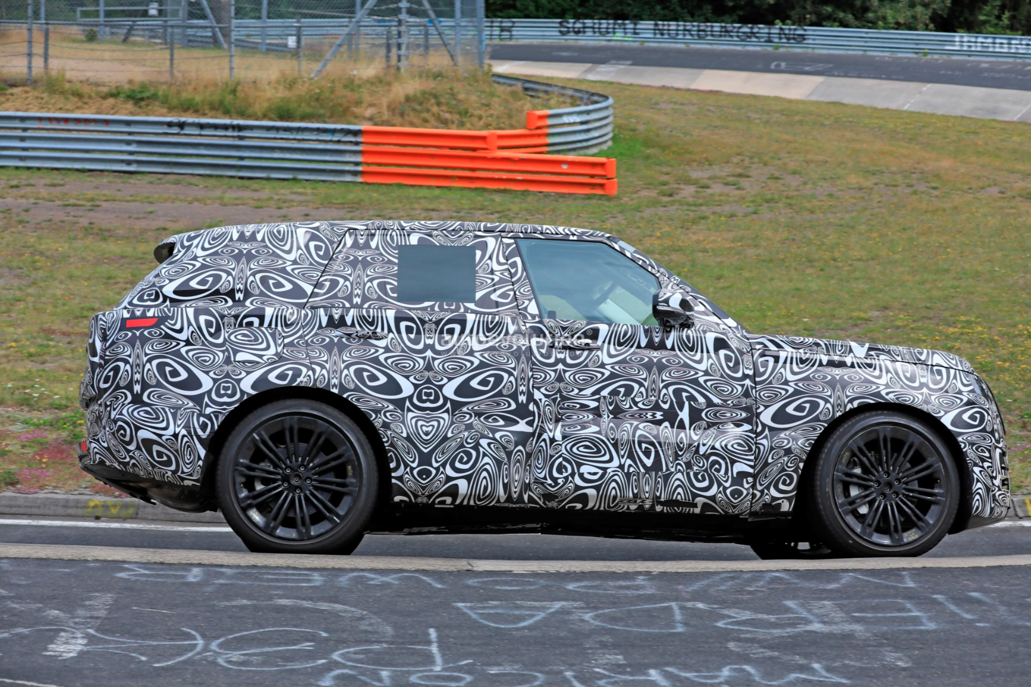 2021 - [Land Rover] Range Rover Sport III [L461] 2022-range-rover-spied-fine-tuning-suspension-at-the-nurburgring_15