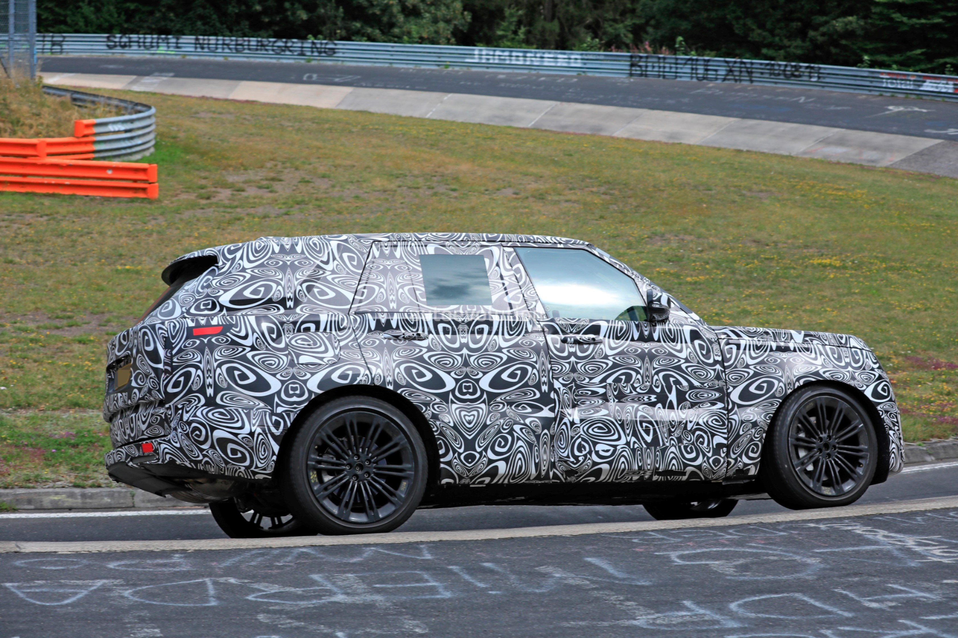2021 - [Land Rover] Range Rover Sport III [L461] 2022-range-rover-spied-fine-tuning-suspension-at-the-nurburgring_16