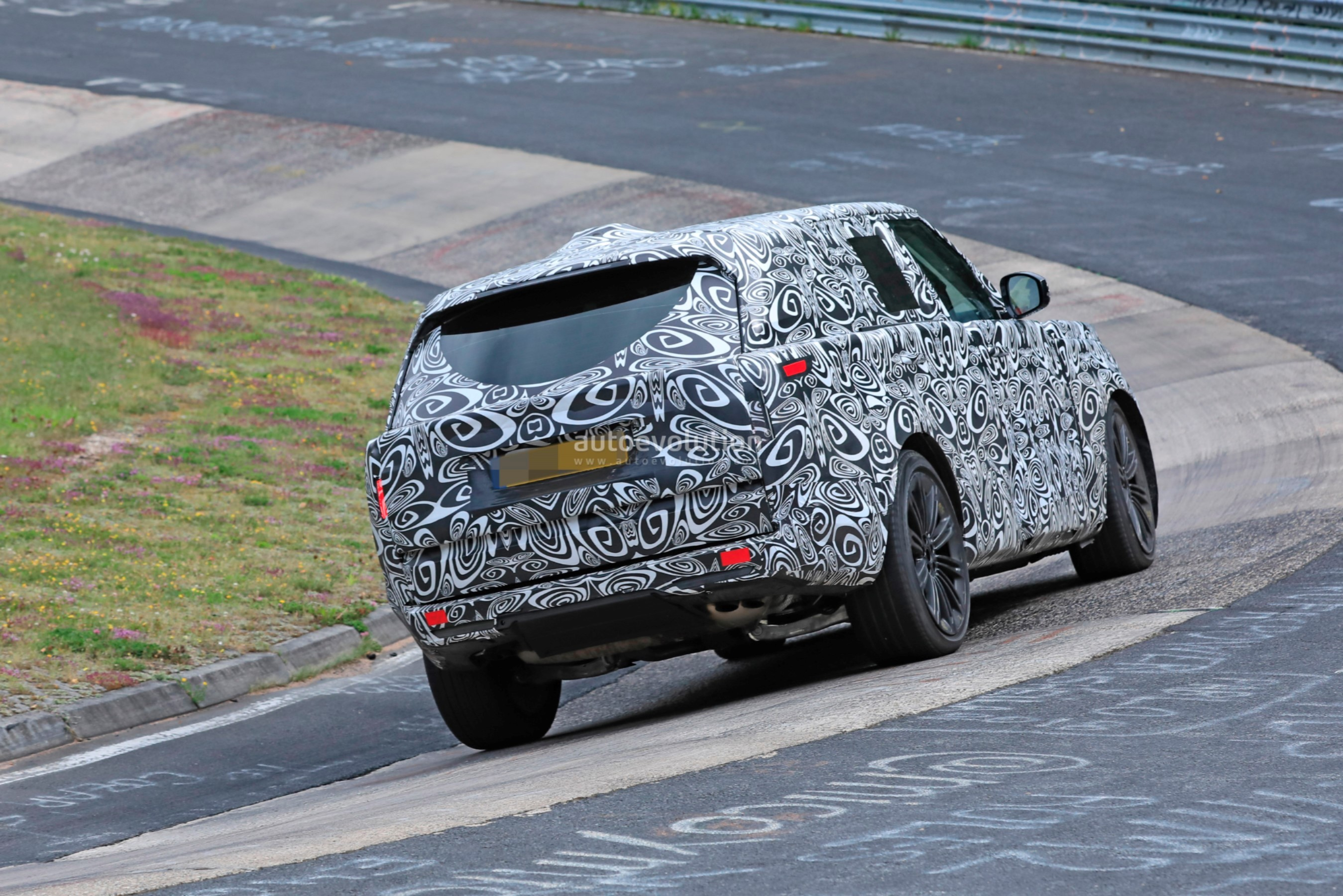 2021 - [Land Rover] Range Rover Sport III [L461] 2022-range-rover-spied-fine-tuning-suspension-at-the-nurburgring_17