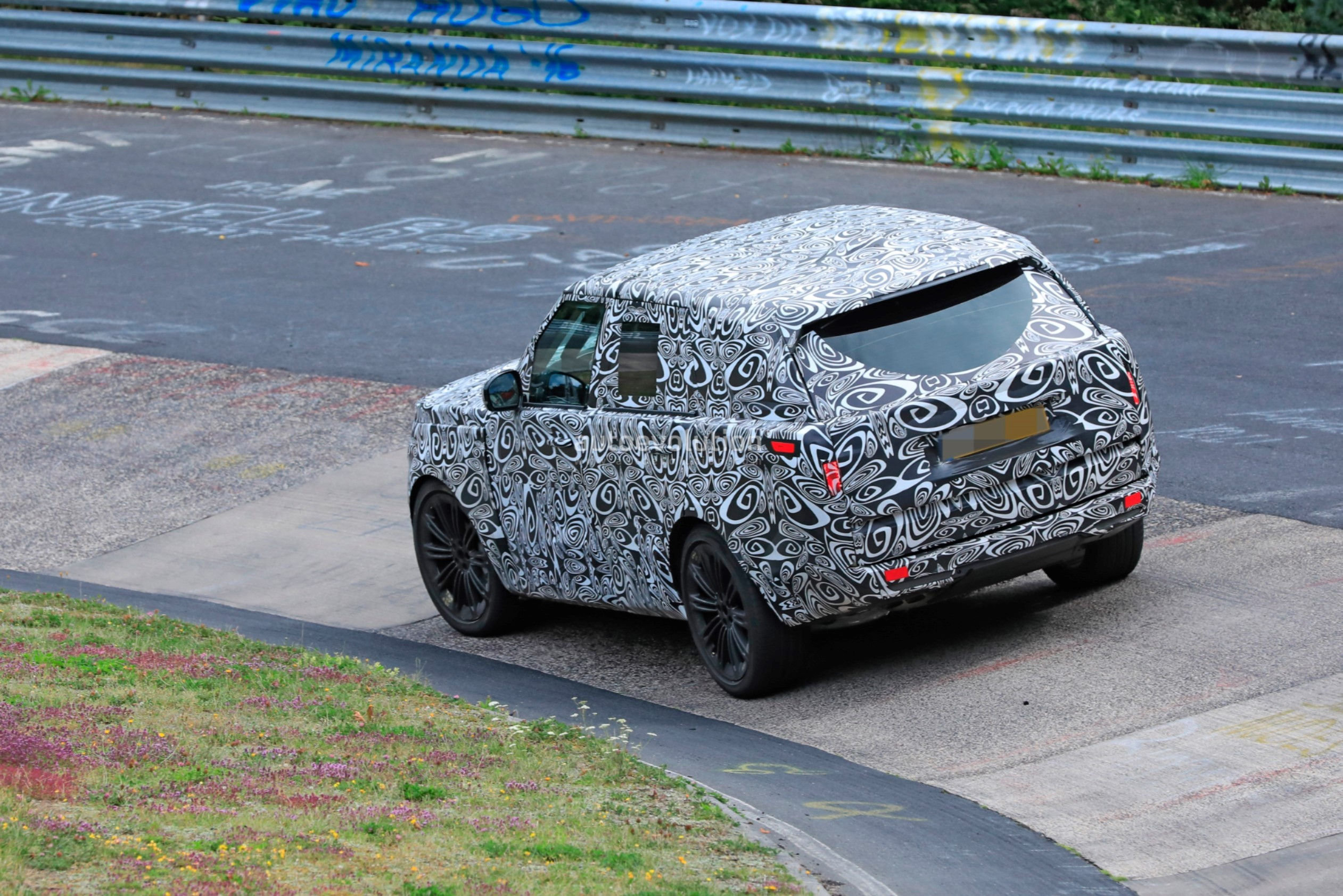 2021 - [Land Rover] Range Rover Sport III [L461] 2022-range-rover-spied-fine-tuning-suspension-at-the-nurburgring_19