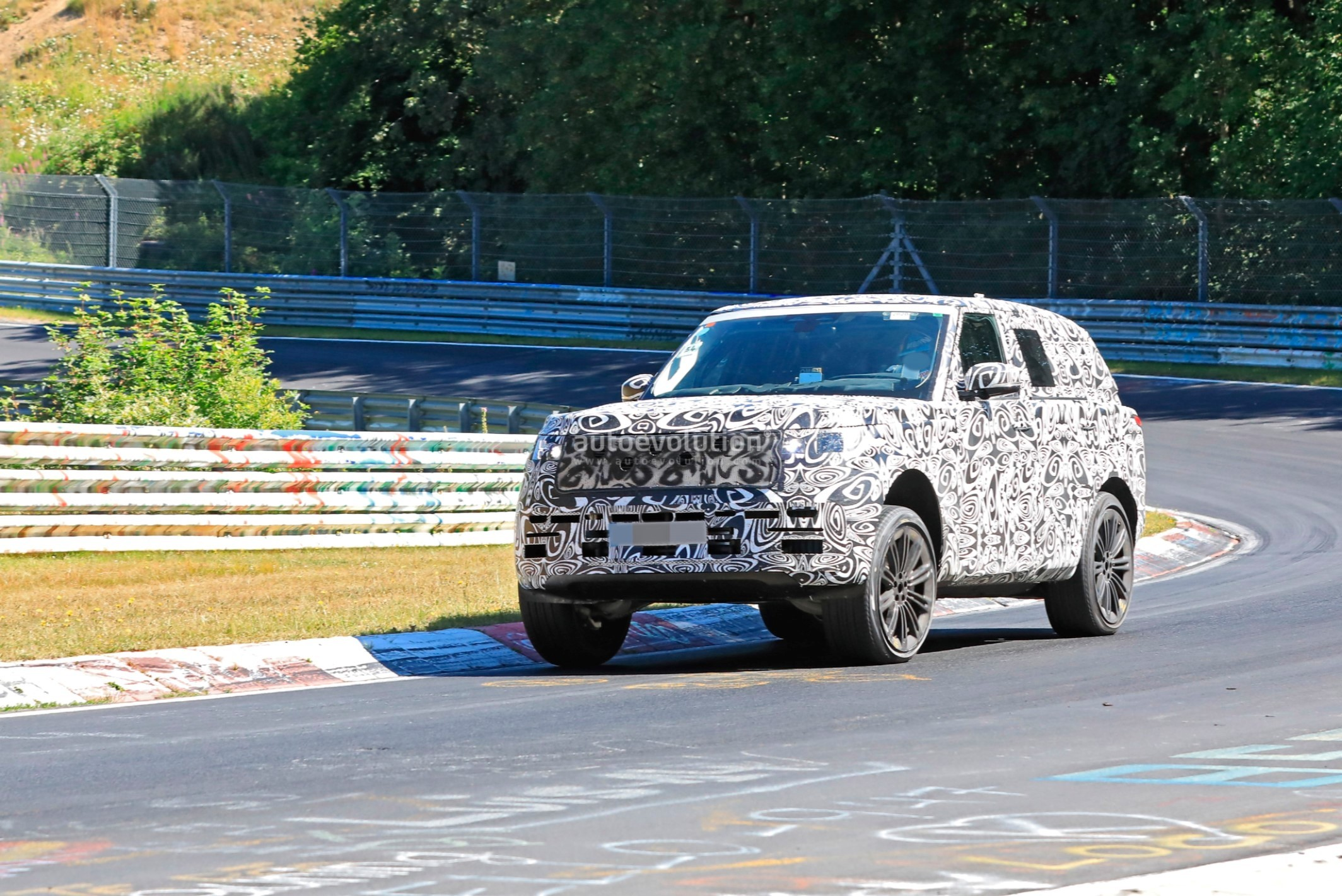 2021 - [Land Rover] Range Rover Sport III [L461] 2022-range-rover-spied-fine-tuning-suspension-at-the-nurburgring_3