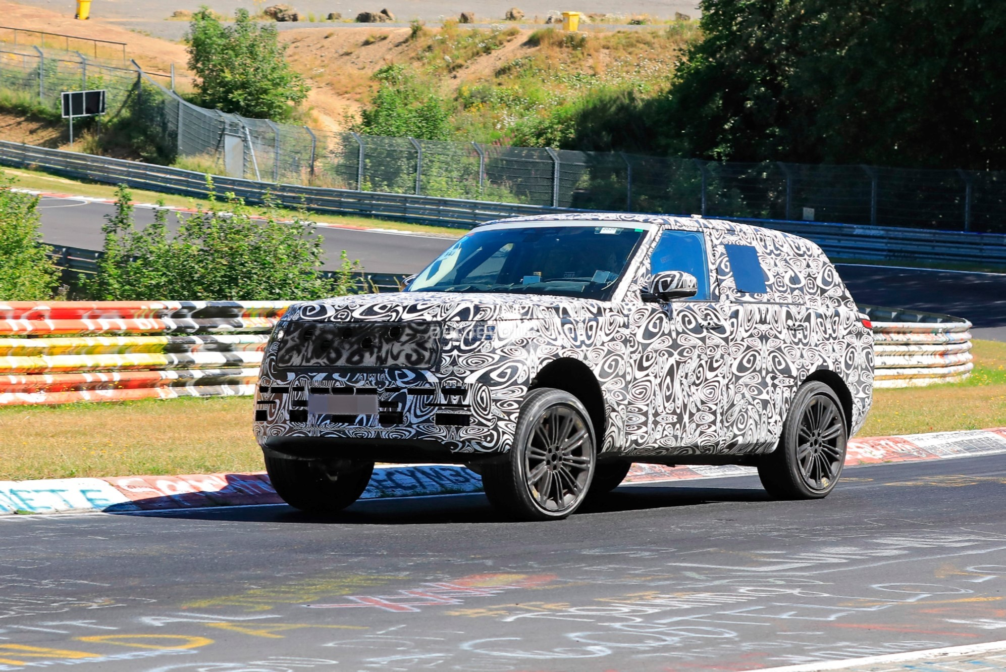 2021 - [Land Rover] Range Rover Sport III [L461] 2022-range-rover-spied-fine-tuning-suspension-at-the-nurburgring_4