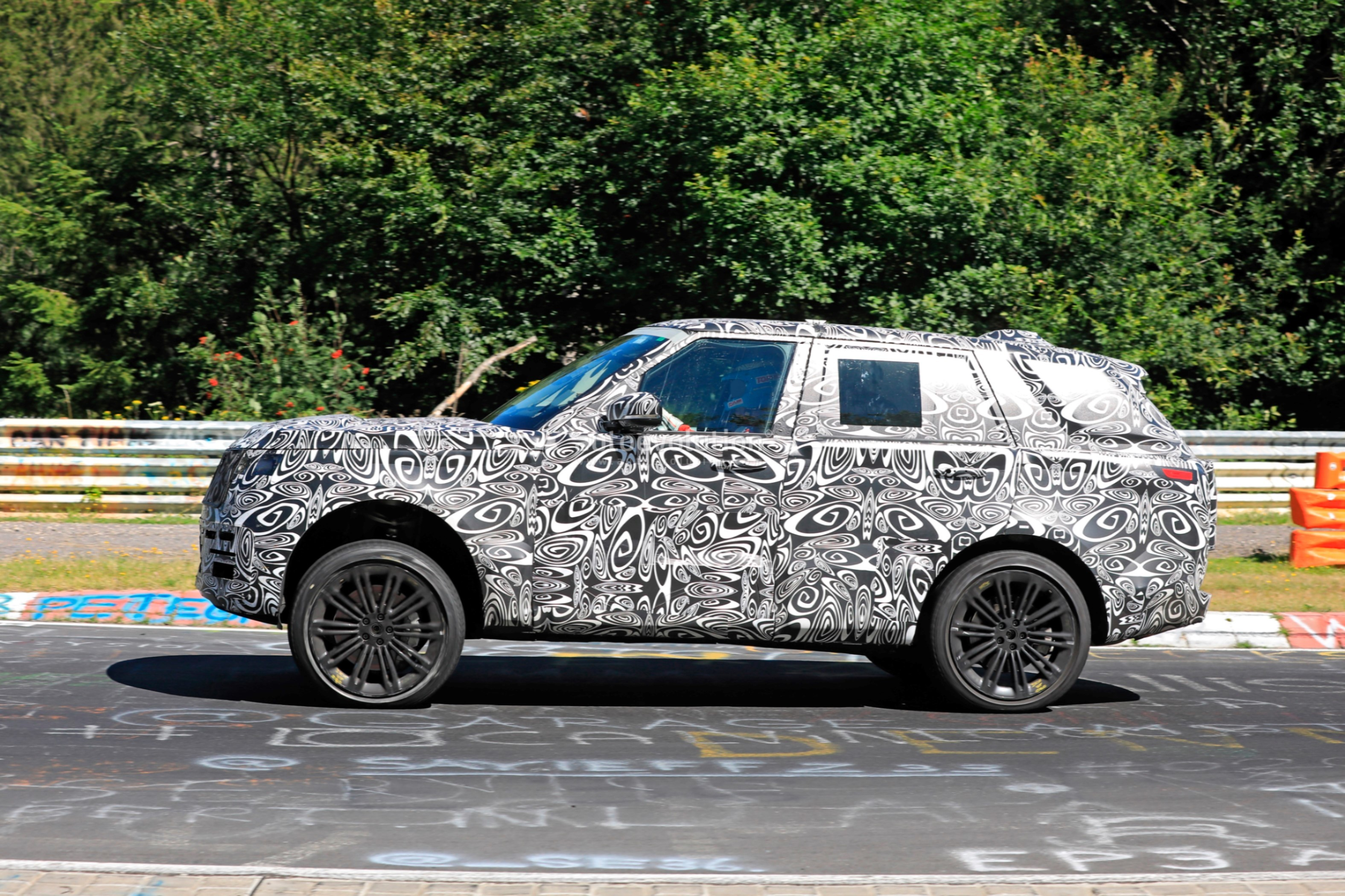 2021 - [Land Rover] Range Rover Sport III [L461] 2022-range-rover-spied-fine-tuning-suspension-at-the-nurburgring_6