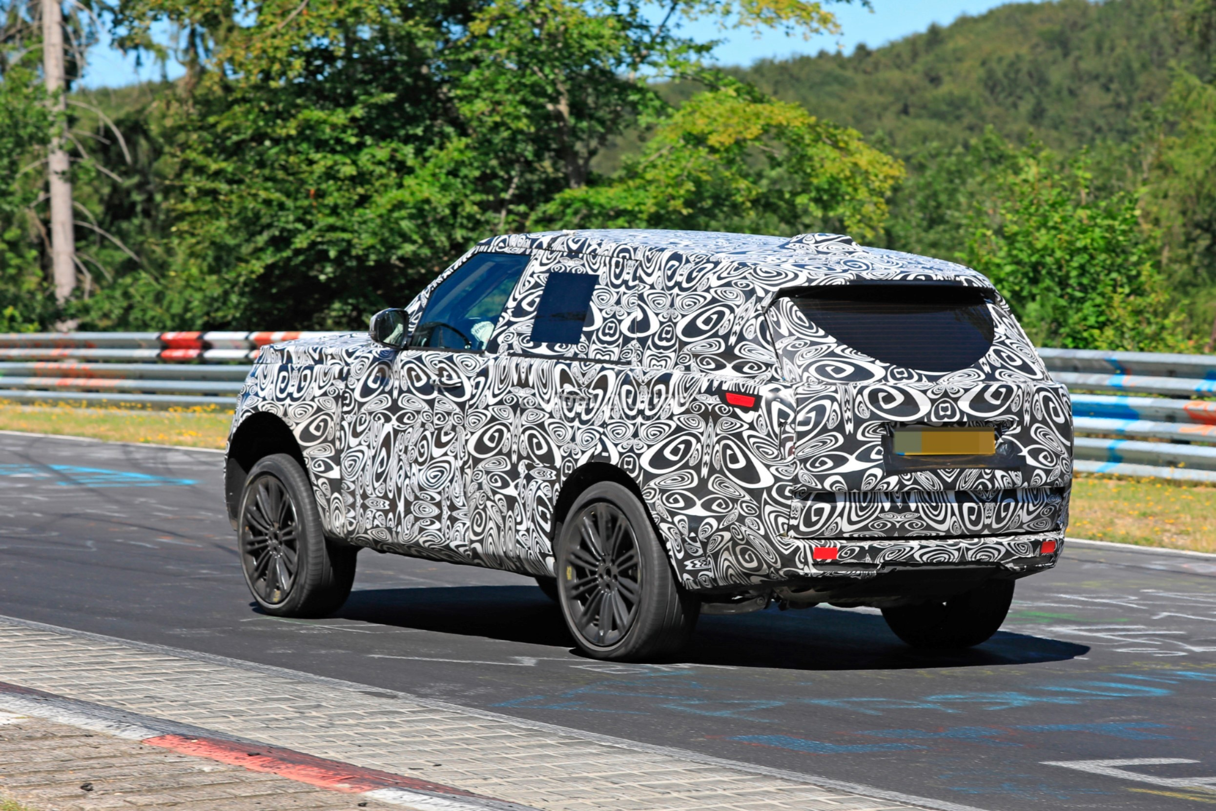 2021 - [Land Rover] Range Rover Sport III [L461] 2022-range-rover-spied-fine-tuning-suspension-at-the-nurburgring_8