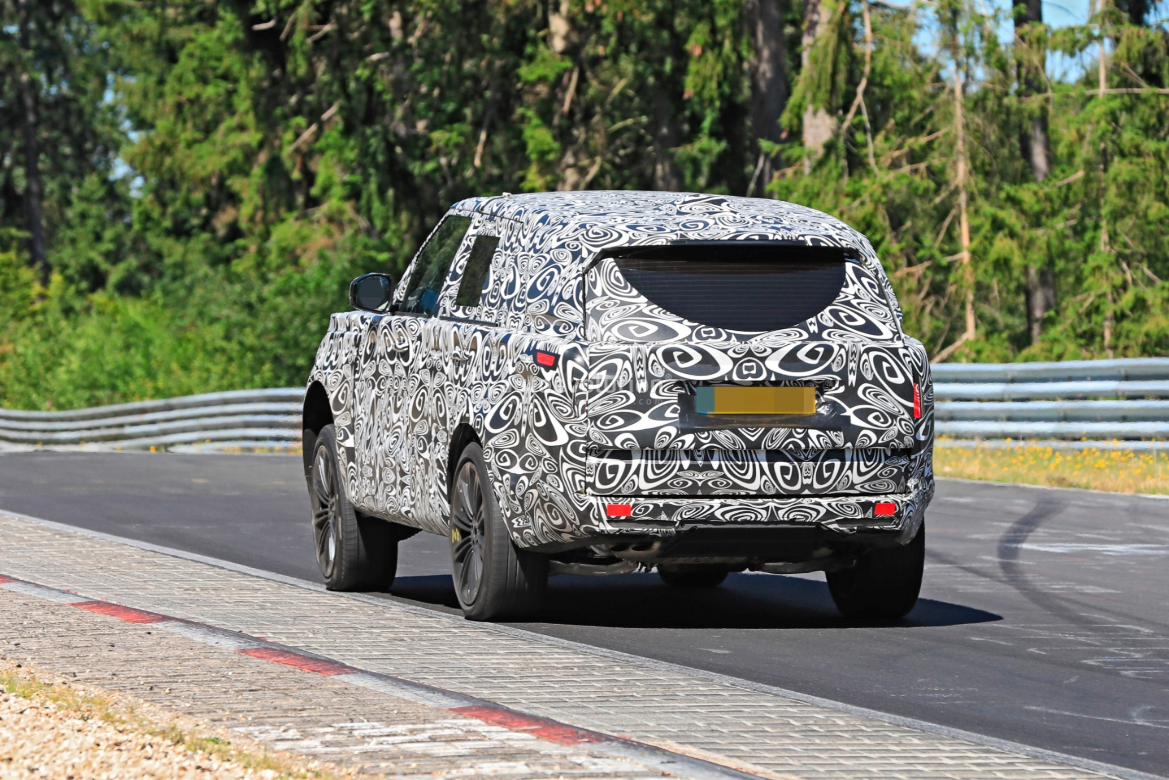2021 - [Land Rover] Range Rover Sport III [L461] 2022-range-rover-spied-fine-tuning-suspension-at-the-nurburgring_9