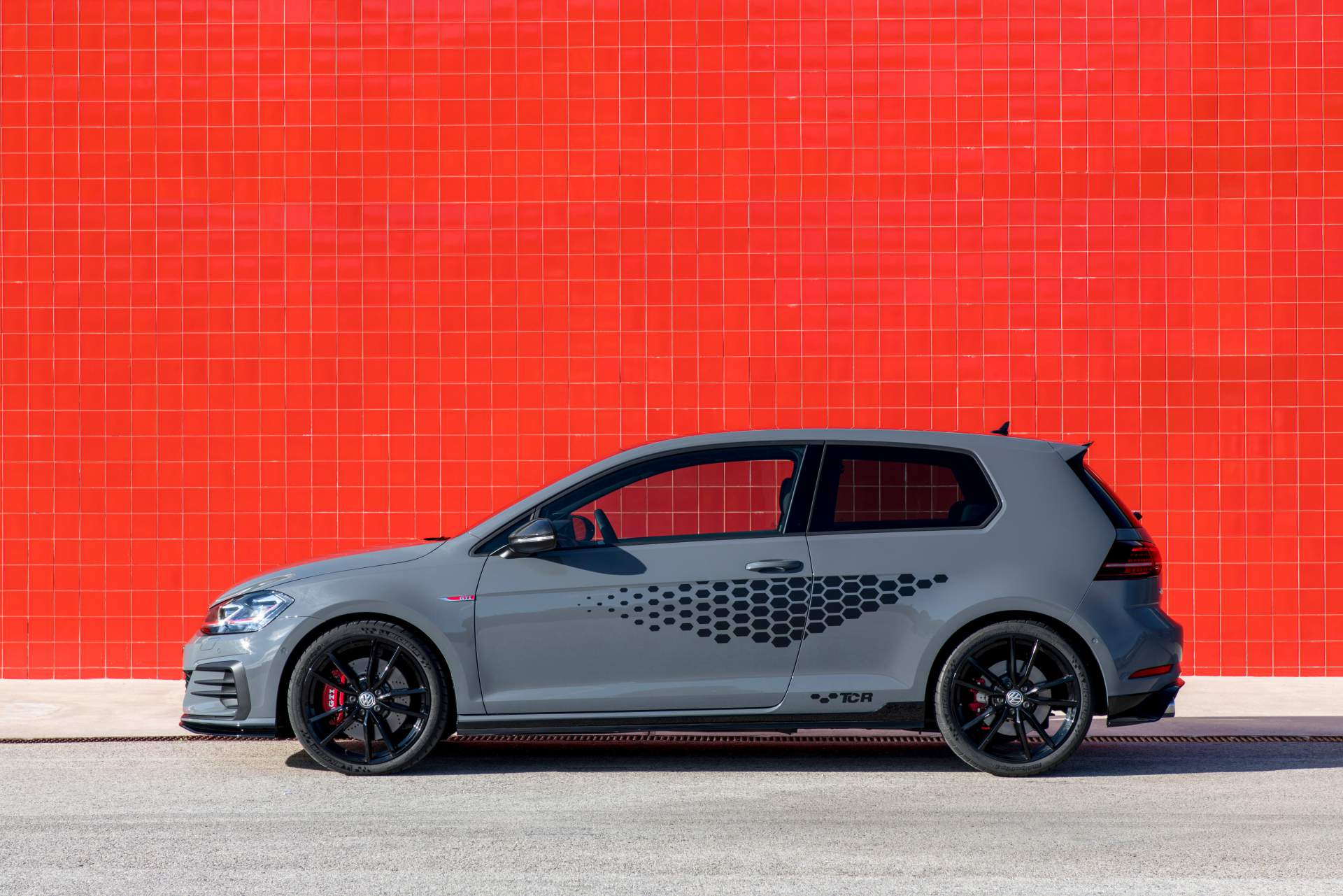 2019 volkswagen golf gti tcr has the genes of a race car. Black Bedroom Furniture Sets. Home Design Ideas