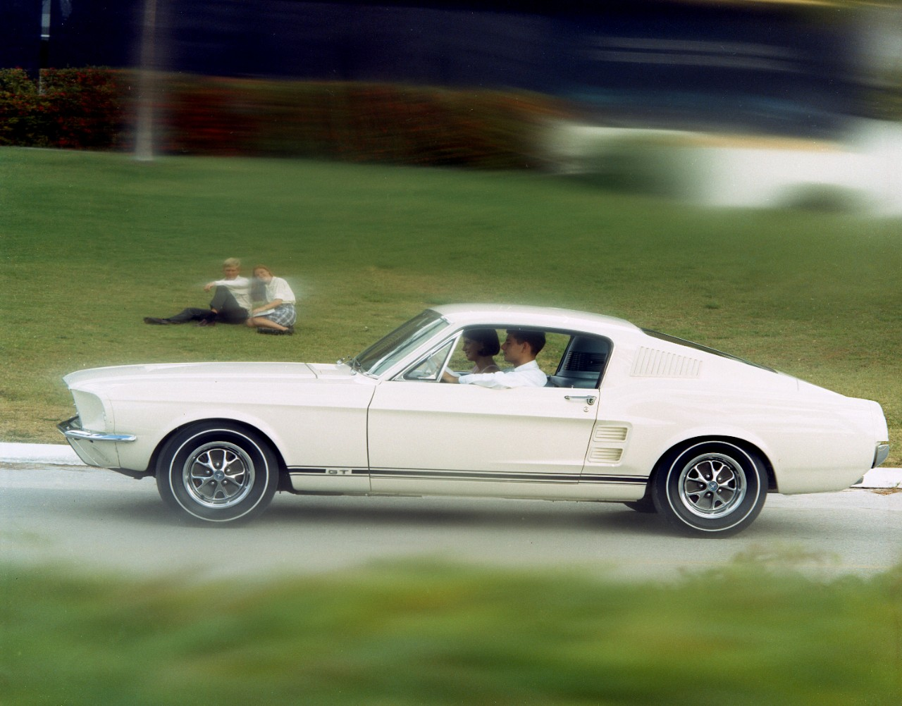 50 years of ford mustang same design cues video autoevolution. Black Bedroom Furniture Sets. Home Design Ideas
