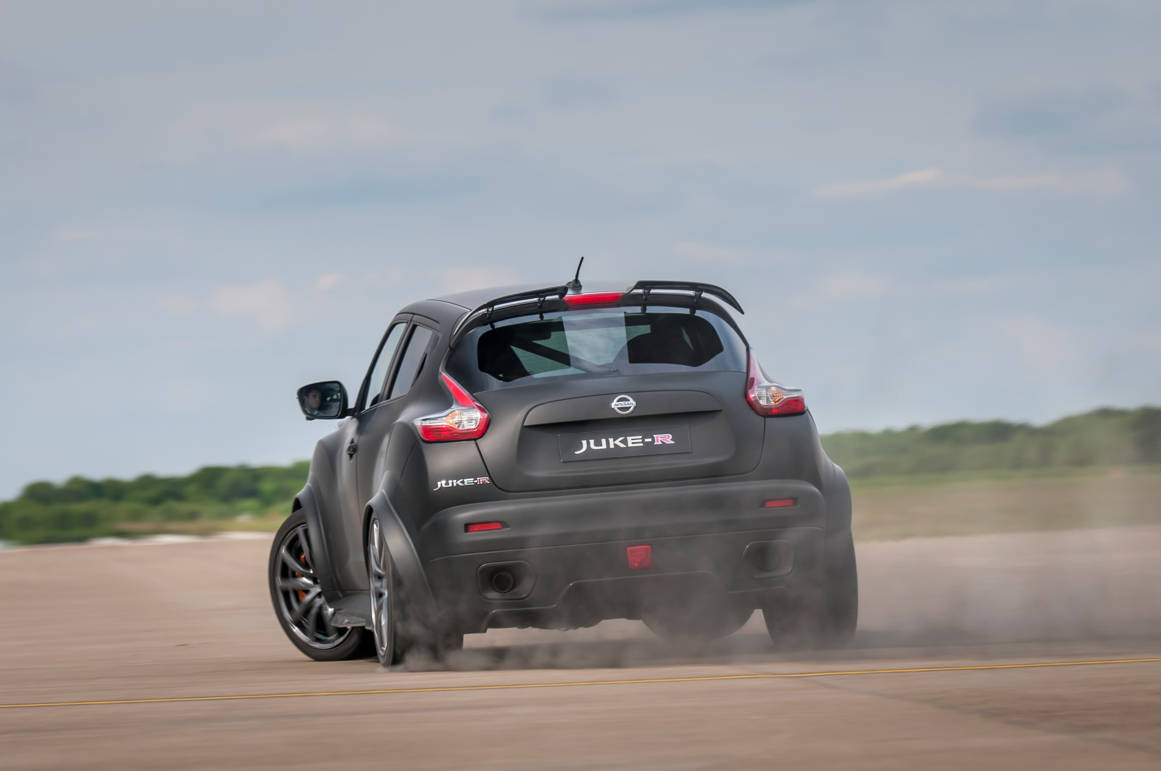 nissan juke r 2 0 battles real gt r nismo in close 1 200 hp race autoevolution. Black Bedroom Furniture Sets. Home Design Ideas