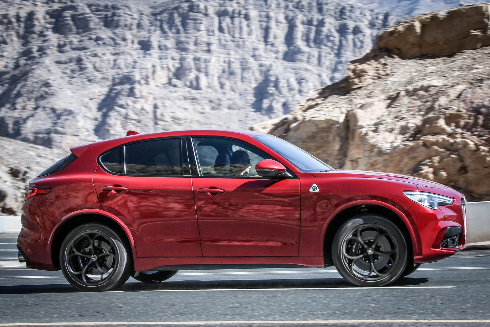 alfa romeo stelvio quadrifoglio highlighted in new photos autoevolution. Black Bedroom Furniture Sets. Home Design Ideas