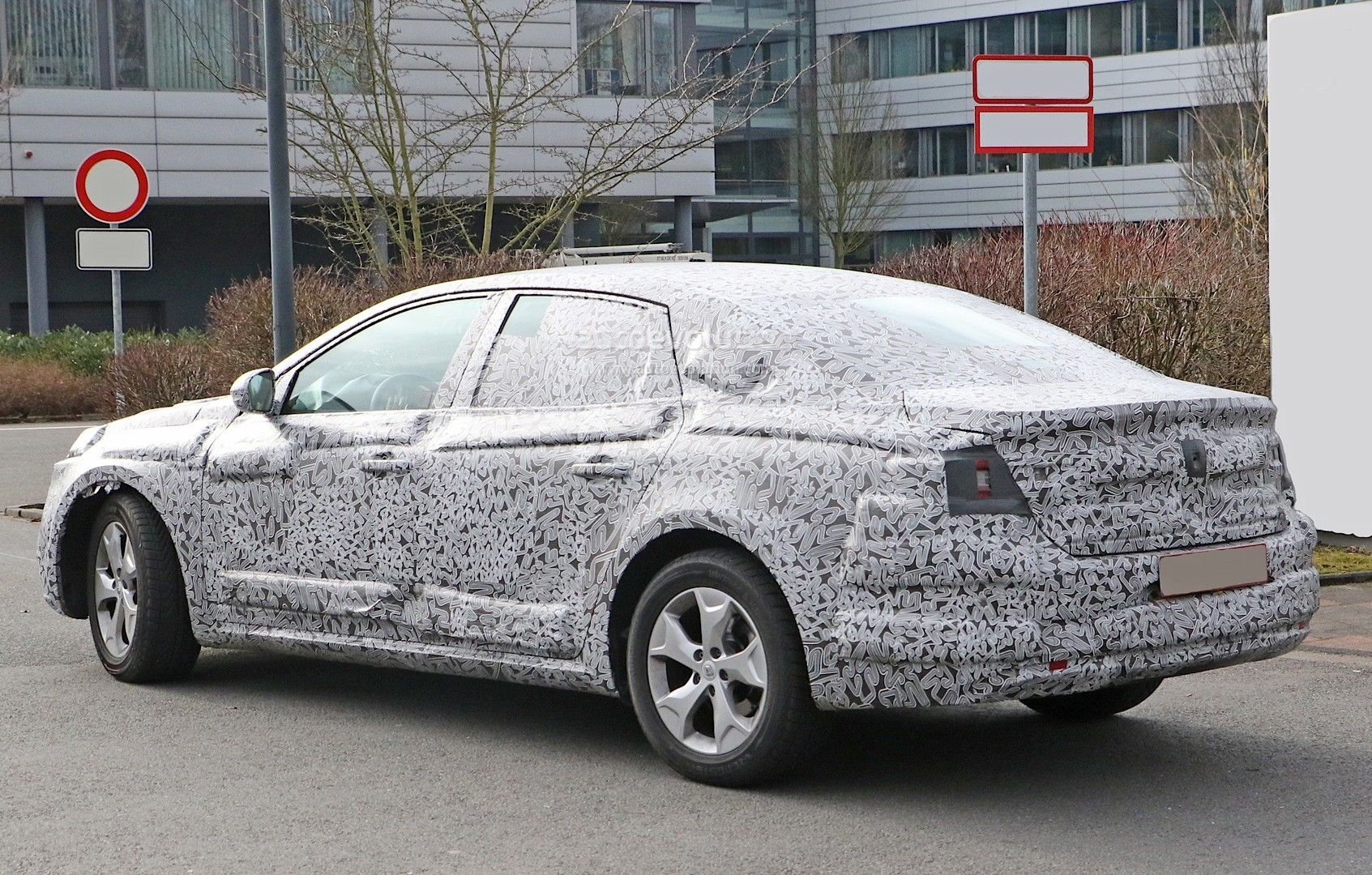 all new renault laguna flagship sedan spied for the first. Black Bedroom Furniture Sets. Home Design Ideas