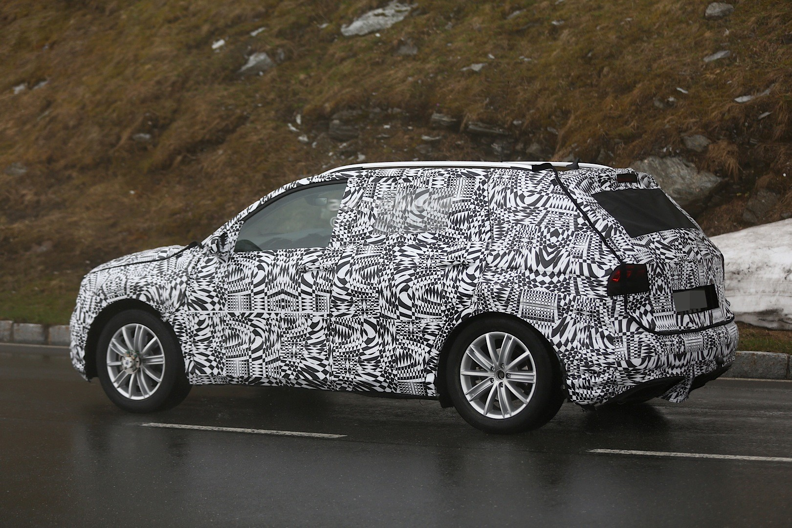 All-New 2016 Volkswagen Tiguan Looks Like a Baby Touareg in Latest Spy Photos - autoevolution