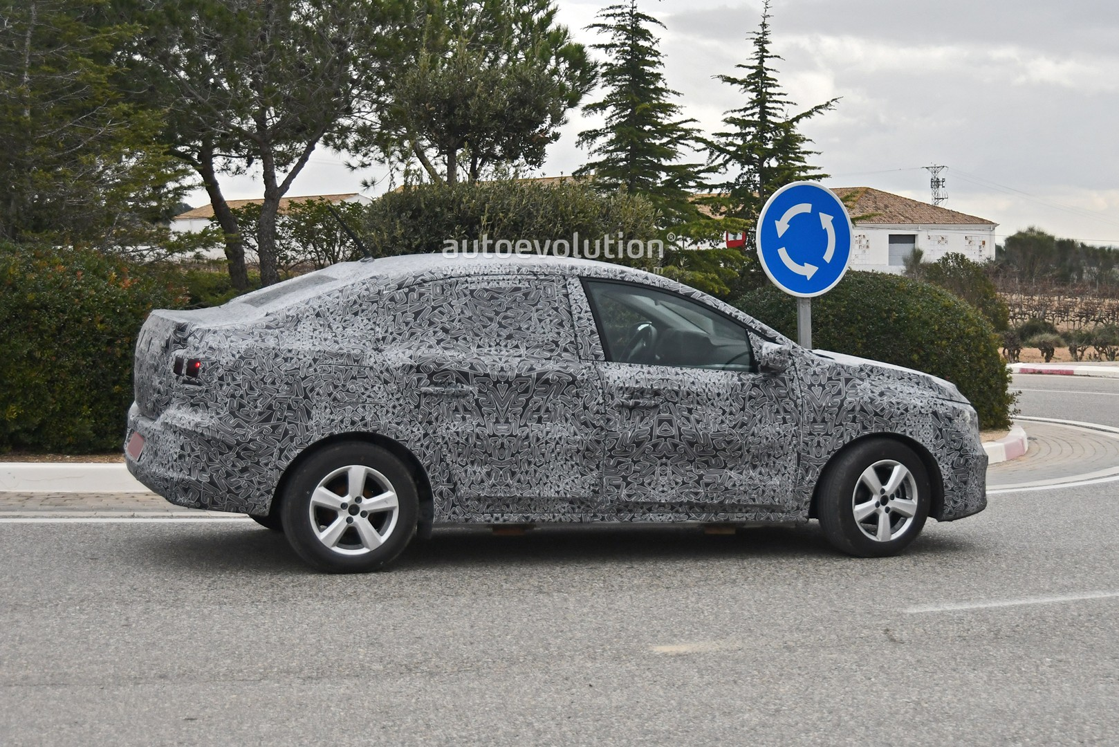 all-new-2021-dacia-logan-spied-with-led-lights-coupe-roof_7