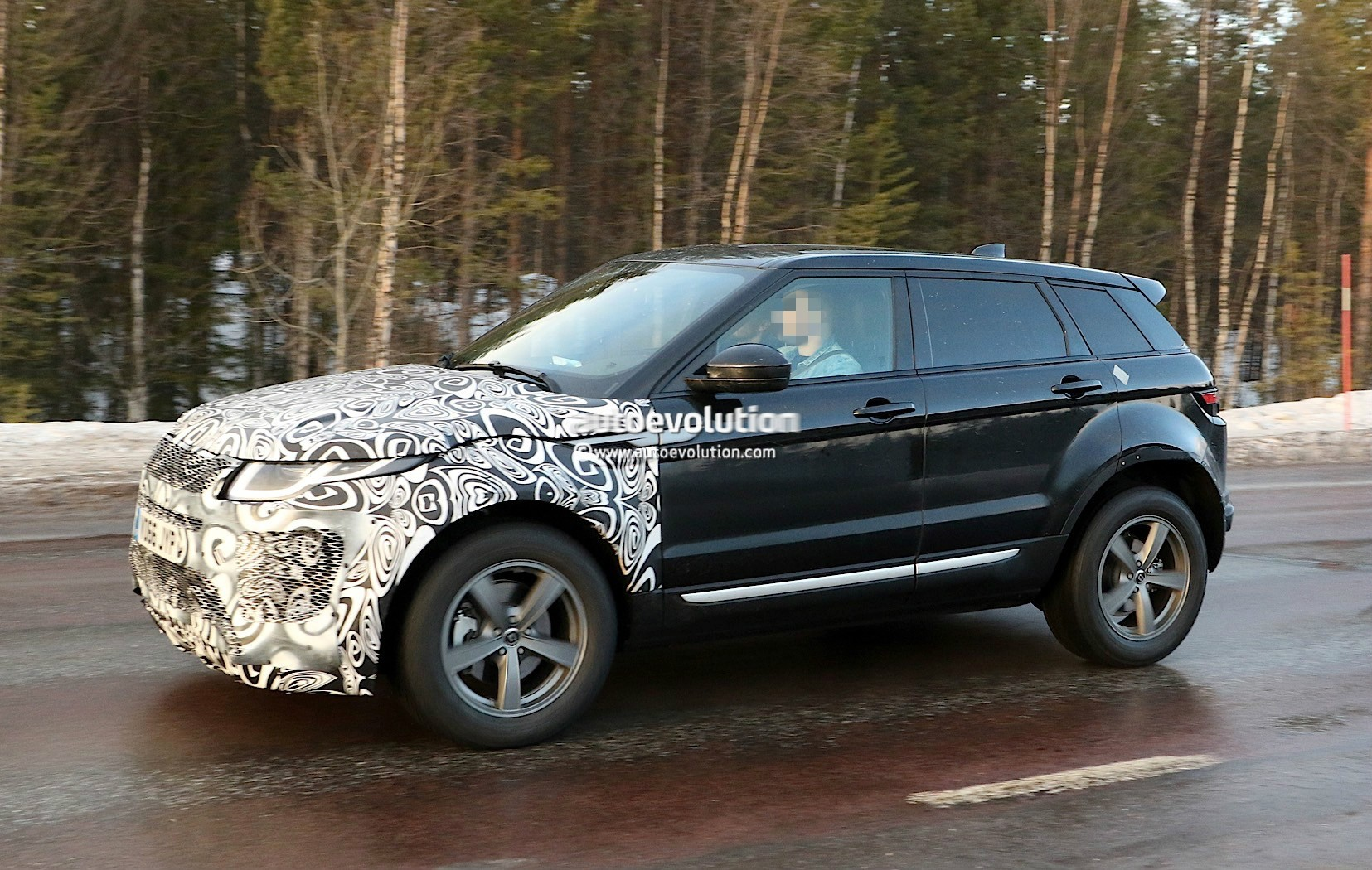 all new range rover evoque ii spied for the first time as test mule autoevolution. Black Bedroom Furniture Sets. Home Design Ideas