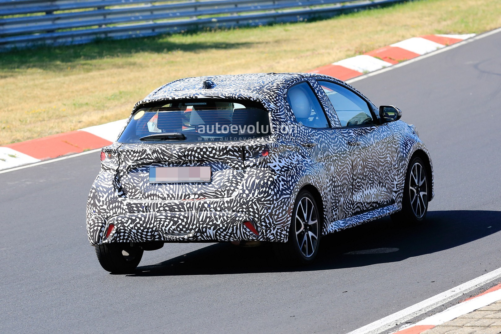 all-new-to​yota-yaris​-spied-at-​the-nurbur​gring-in-h​ybrid-and-​sport-form​s_10
