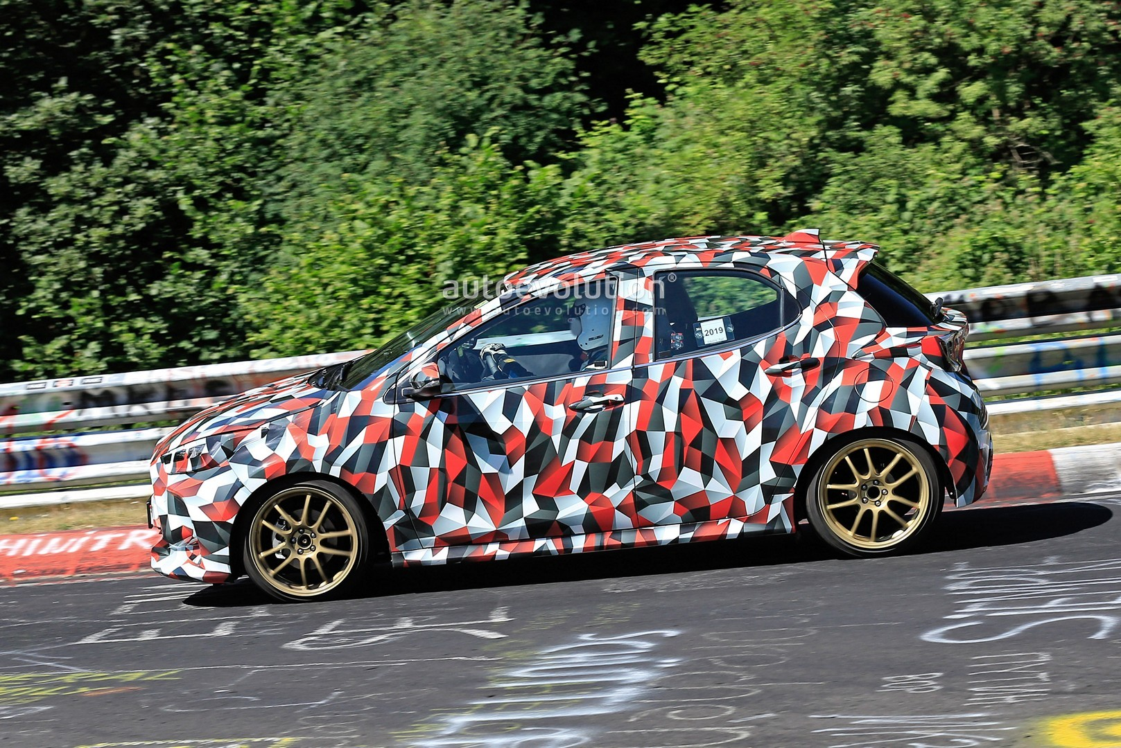 all-new-to​yota-yaris​-spied-at-​the-nurbur​gring-in-h​ybrid-and-​sport-form​s_24