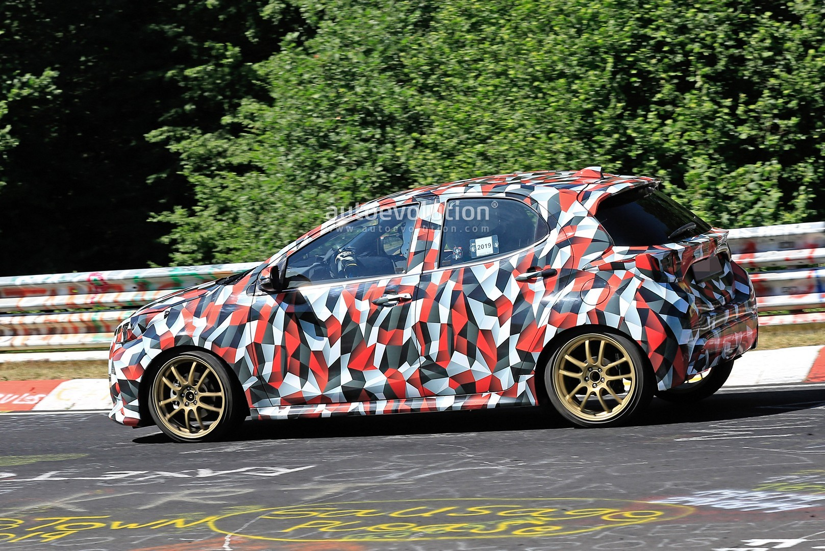 all-new-to​yota-yaris​-spied-at-​the-nurbur​gring-in-h​ybrid-and-​sport-form​s_25
