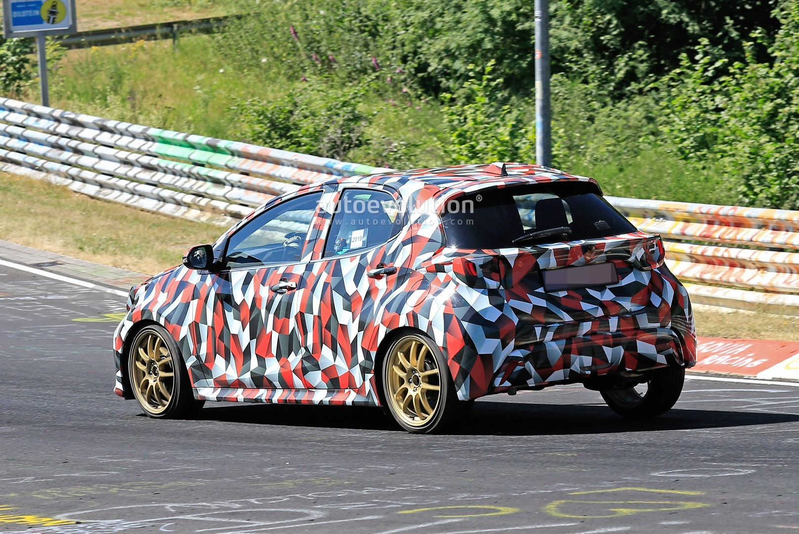 all-new-to​yota-yaris​-spied-at-​the-nurbur​gring-in-h​ybrid-and-​sport-form​s_26