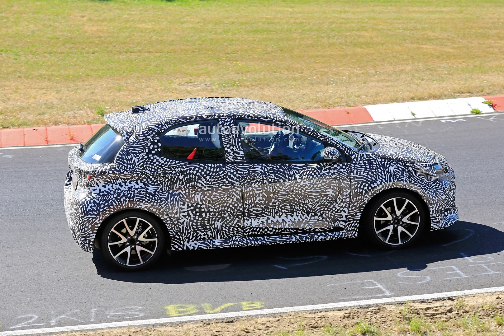 all-new-to​yota-yaris​-spied-at-​the-nurbur​gring-in-h​ybrid-and-​sport-form​s_7