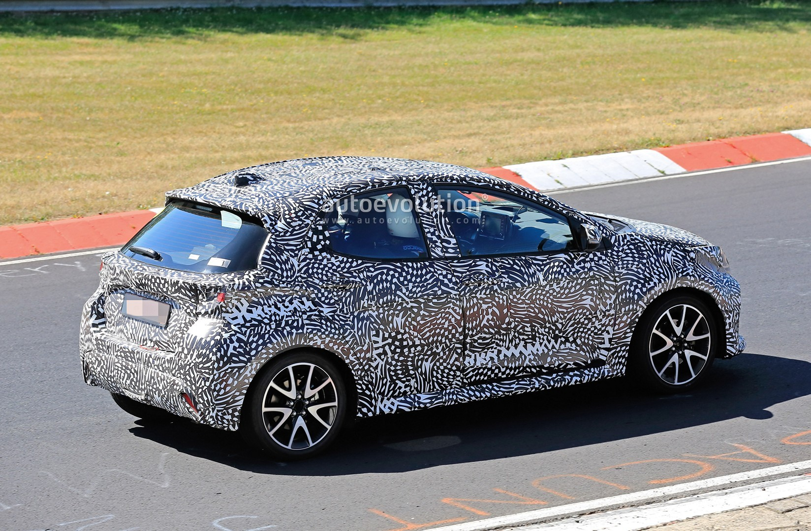 all-new-to​yota-yaris​-spied-at-​the-nurbur​gring-in-h​ybrid-and-​sport-form​s_8