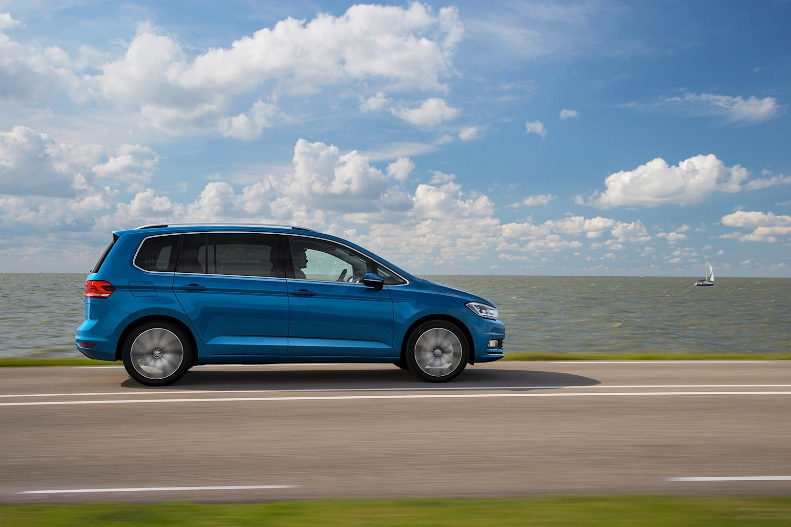 all new volkswagen touran looks sharper than a picasso in. Black Bedroom Furniture Sets. Home Design Ideas