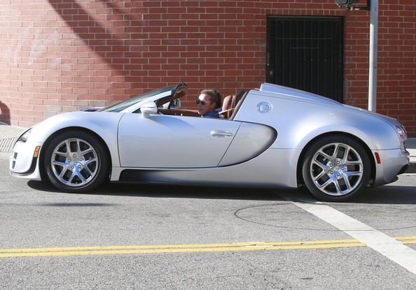 Фото   Арнольд Шварценеггер за рулем Bugatti Veyron