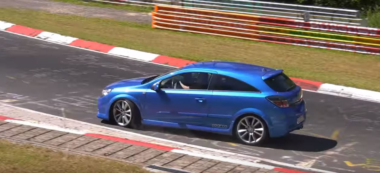 astra opc ruined in nurburgring crash while running from bmw m3 autoevolution. Black Bedroom Furniture Sets. Home Design Ideas