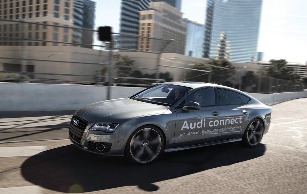 Audi A7 Sportback с автопилотом на дороге. 2914 год